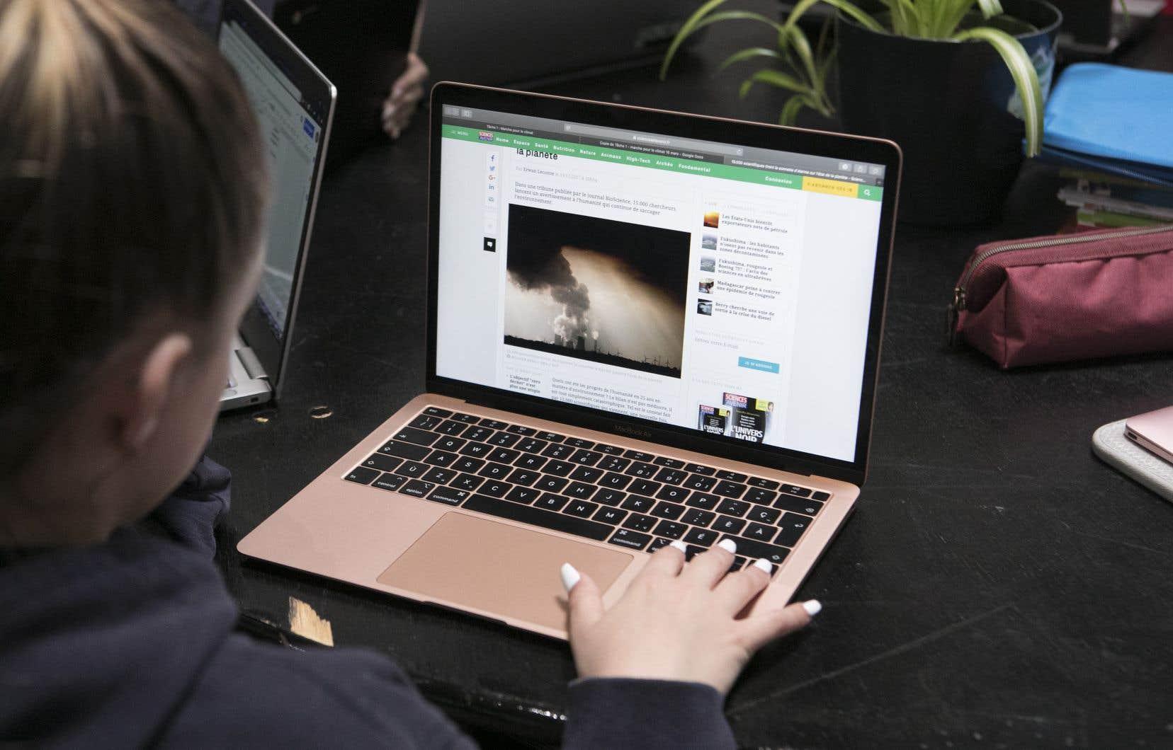 En 2018, 92% des adultes québécois ont utilisé Internet au moins une fois par semaine, une hausse de 3points de pourcentage comparativement à 2017.