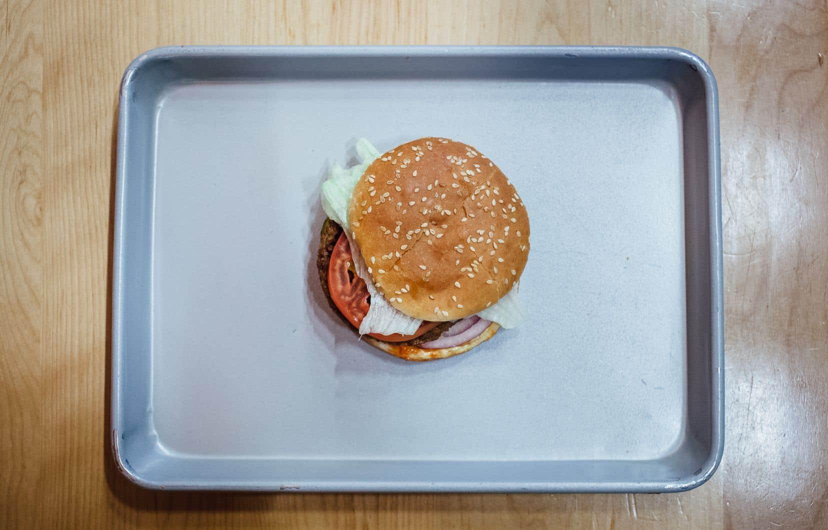 A&W a été la première chaîne de restauration rapide à proposer des boulettes de protéines végétales à ses clients, avec le burger Beyond Meat.