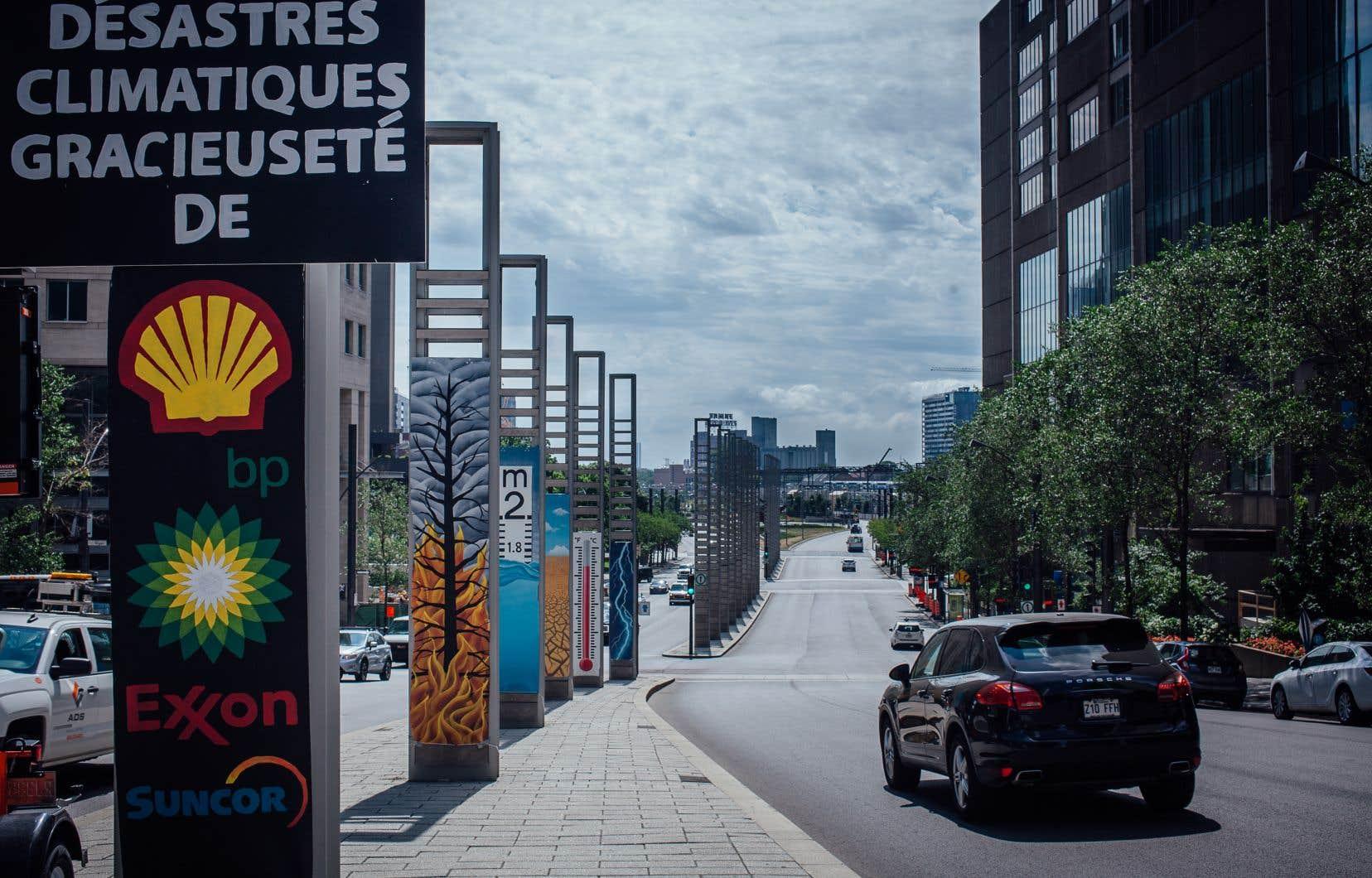 Installation de l'artiste d'art urbain Roadsworth et de Greenpeace coin de la Gauchetiere et Robert Bourassa.