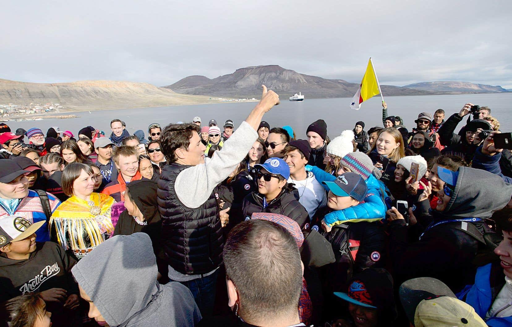 Justin Trudeau a été accueilli par des sympathisants à son arrivée, jeudi, à Arctic Bay, au Nunavut.