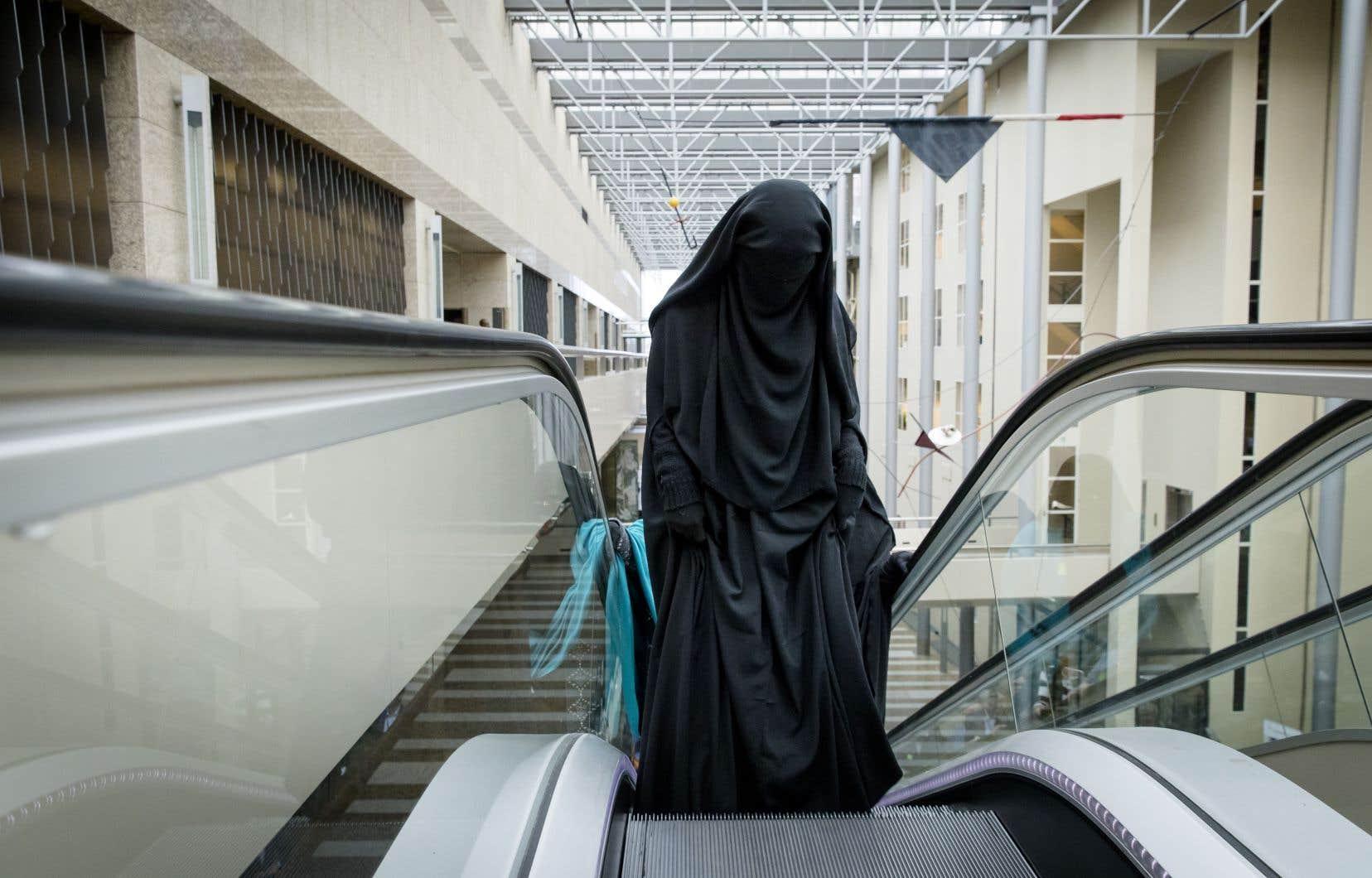 La loi concerne, selon les estimations, entre 200 et 400 femmes qui portent la burqa ou le niqab, dans un pays qui compte 17millions d'habitants.