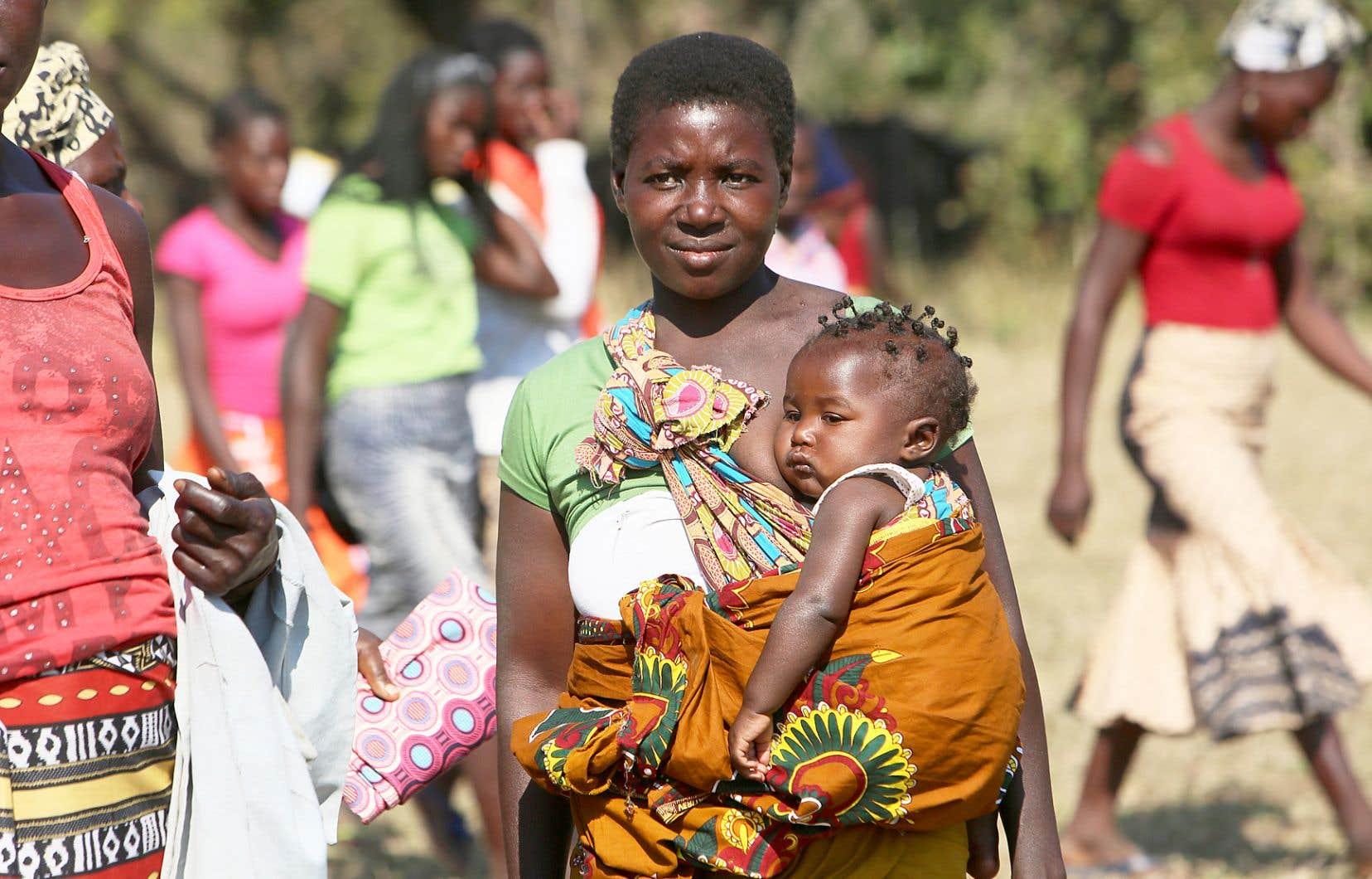 Une femme et son bébé ont assisté à la signature de l'accord de paix, jeudi dans le parc national de Gorongosa.