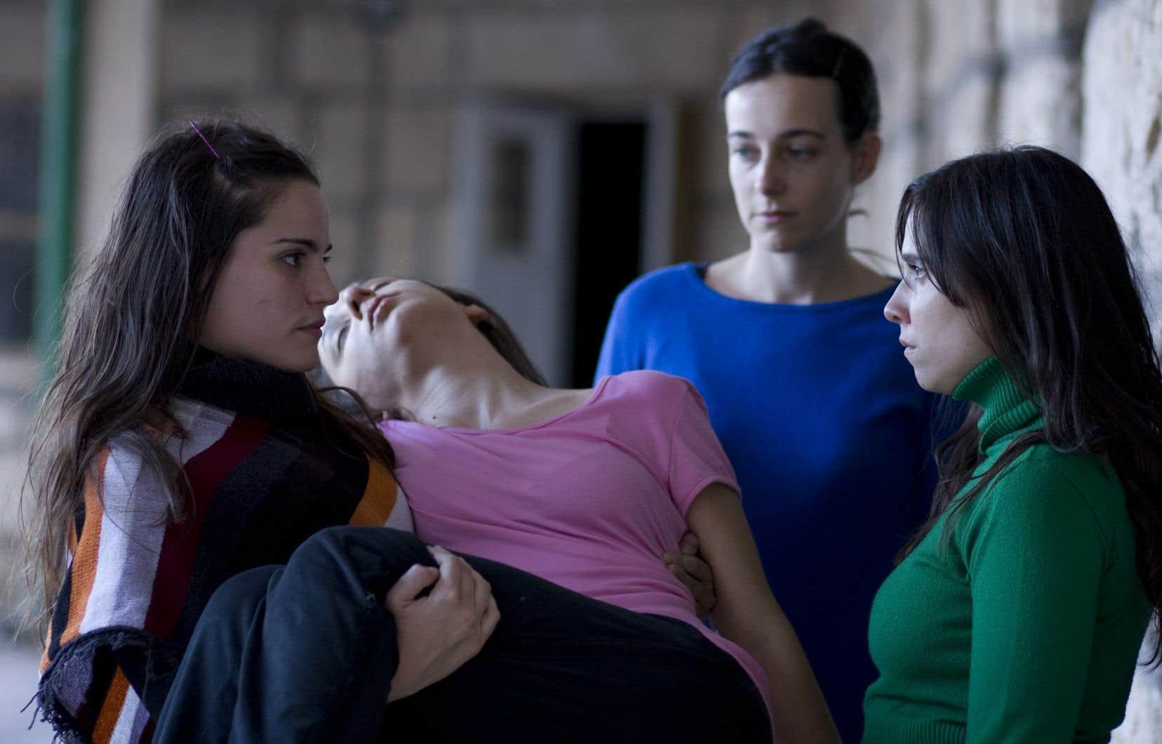 Les quatres fondatrices de la compagnie de théâtre Piel de lava, Elisa Carricajo, Valeria Correa, Pllar Gamboa et Laura Paredes, forment le noyau de «La Flor», où elles y jouent dans les six épisodes; jamais le même personnage, jamais du même ordre, et parfois dans plusieurs langues, du catalan au français, en passant par le quechua.