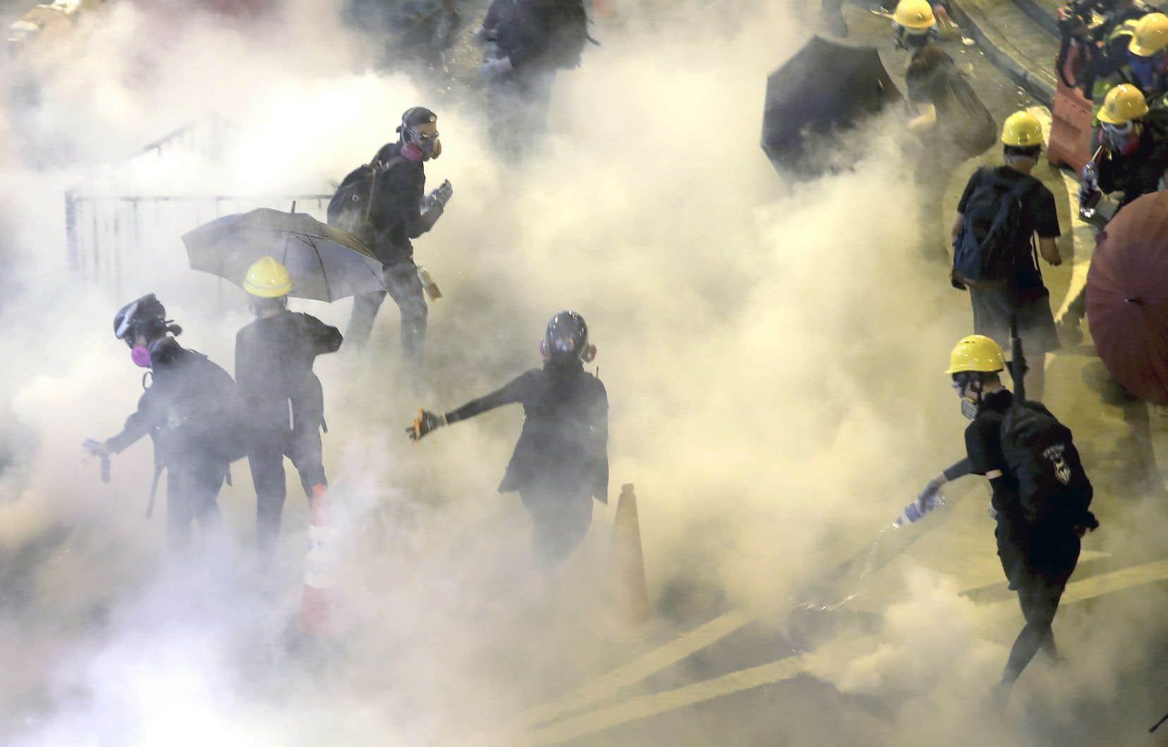 En attendant la grève générale prévue ce lundi, des manifestants radicaux ont multiplié les actions, dimanche, tout au long de la soirée.