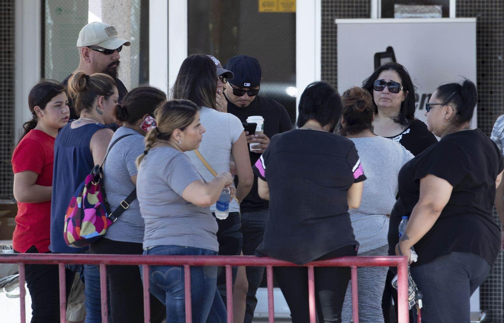 Des proches des victimes de la fusillade au Walmart d'El Paso