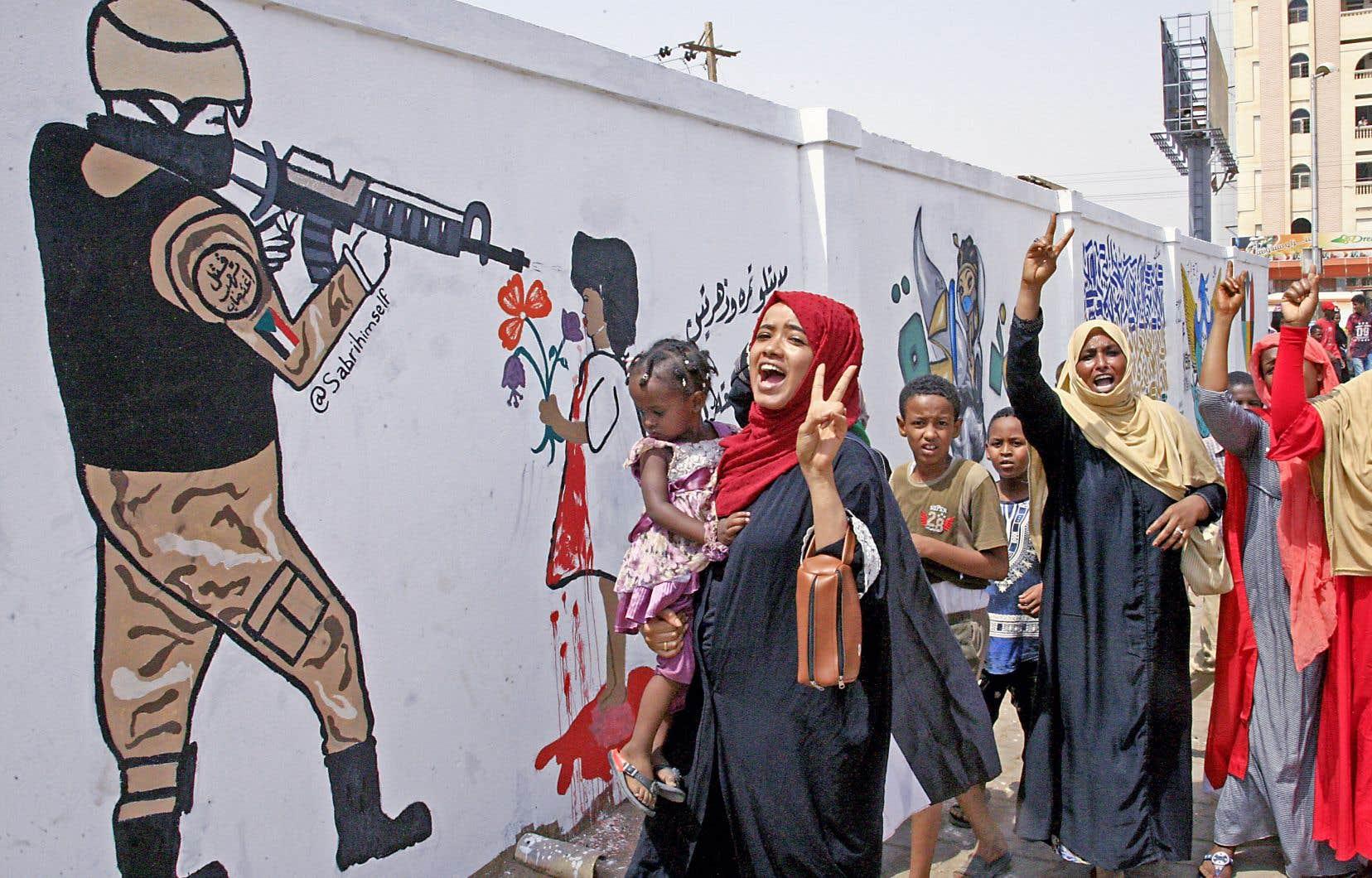Des centaines de Soudanais ont manifesté leur joie en chantant et en dansant dans les villes.