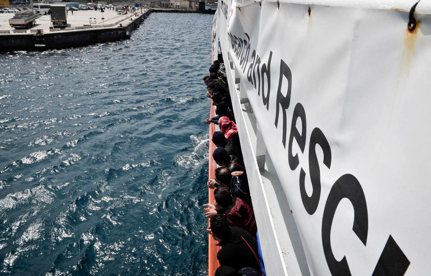 En vertu du nouveau texte de loi, les bateaux des ONG d'aide aux migrants pourraient être confisqués et leurs commandants, mis à l'amende.