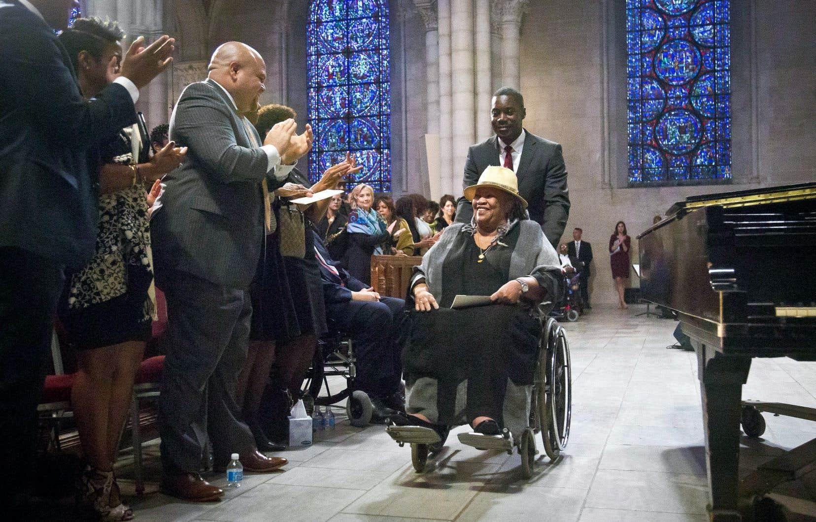 Toni Morrison est applaudie après avoir rendu hommage à l'auteure Maya Angelou à ses funérailles célébrées dans une église de Manhattan en septembre 2014.