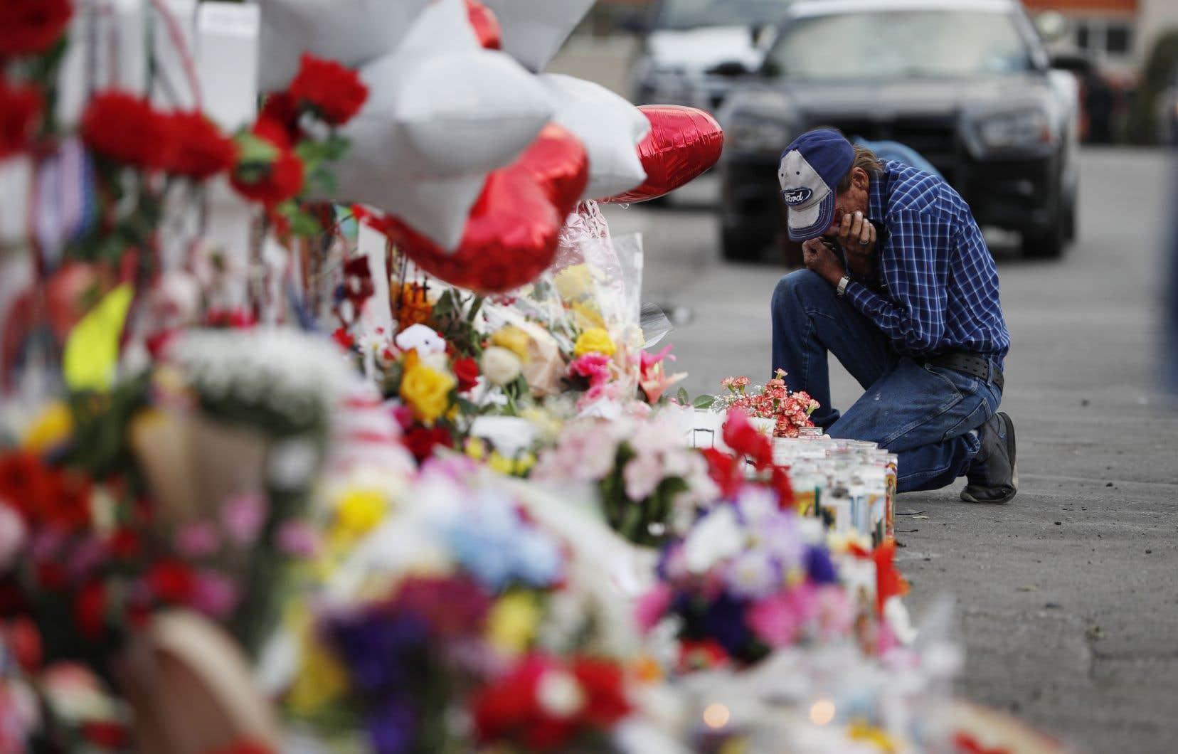 Un homme pleur devant un mémorial érigé en mémoire des victimes de la tuerie d'El Paso.