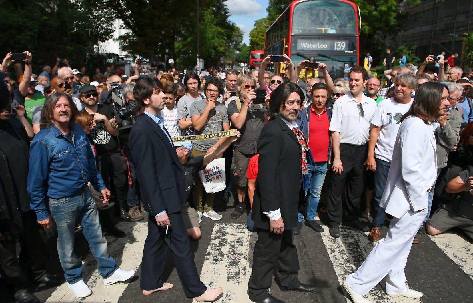 Un groupe d'imitateurs des Beatles a recréé la couverture de l'album «Abbey Road» en compagnie d'admirateurs du célèbre quatuor.