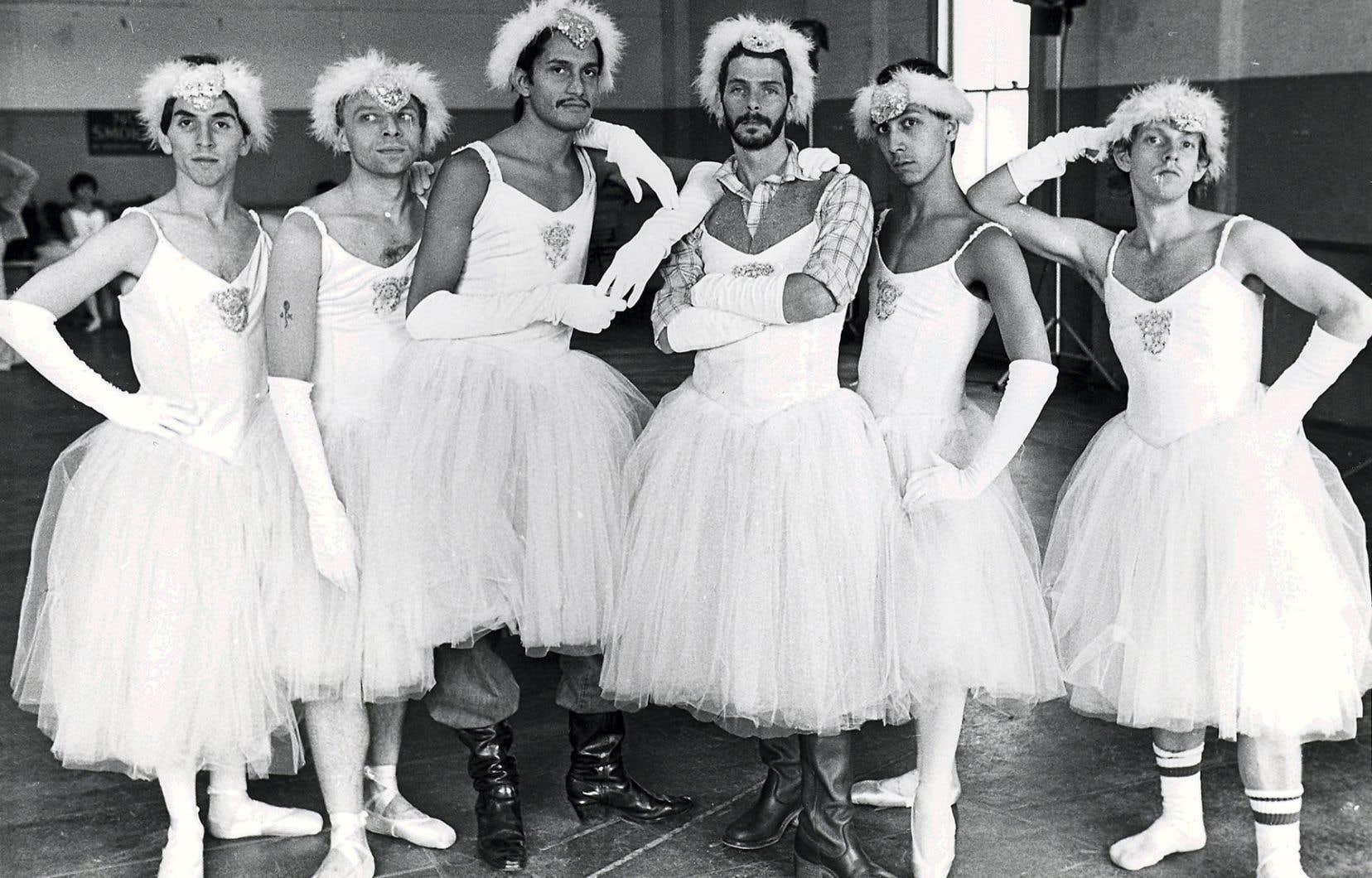 Le documentaire aborde avec grâce l'historique du Ballet Trockadero de Monte Carlo, intimement lié aux luttes menées par la communauté gaie dans les années 1970 et 1980.