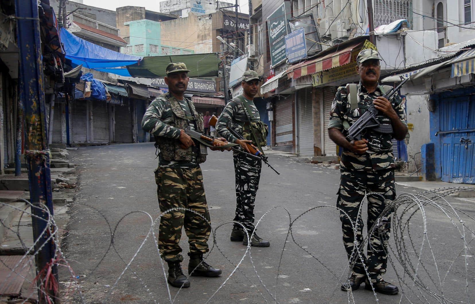 Des dizaines de milliers de soldats indiens supplémentaires ont été envoyés dans la région ces derniers jours.