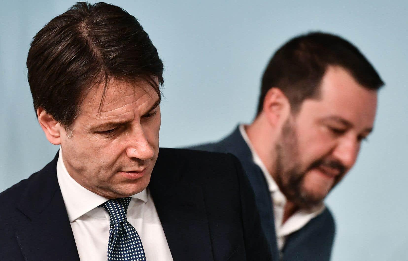 Sur cette photo prise le 14 janvier 2019, le Premier ministre italien Giuseppe Conte (à gauche) et le ministre italien de l'Intérieur et vice-premier ministre Matteo Salvini assistent à une conférence de presse au Palazzo Chigi à Rome.