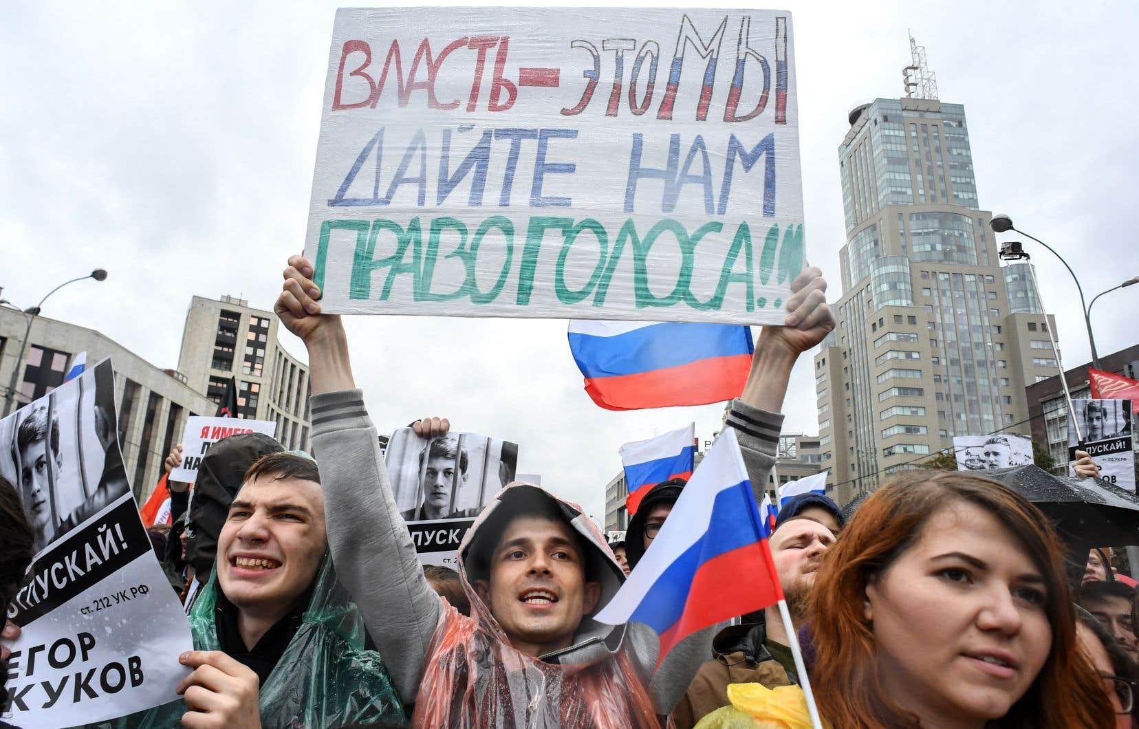 «Le pouvoir, c'est nous. Donnez-nous un vote!», peut-on lire sur la pancarte tenue par des manifestants à Moscou le 10 août.