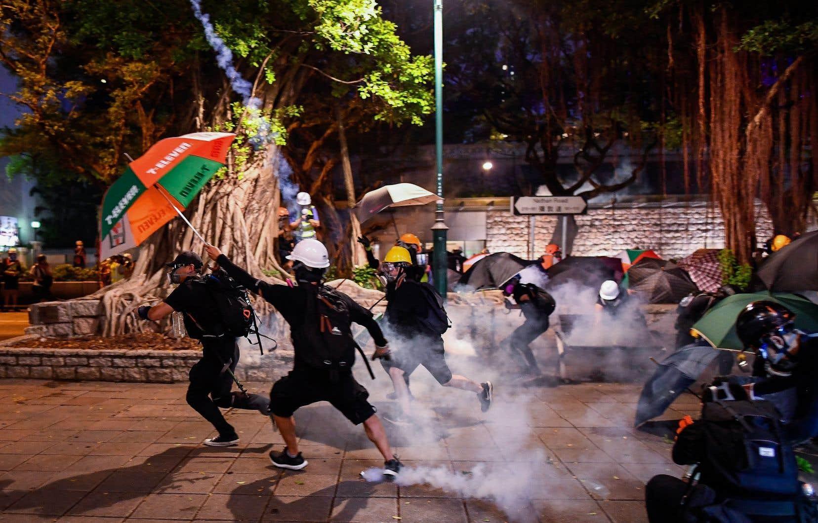Les forces de l'ordre ont neutralisé des manifestants près du poste de police de Tsim Sha Tsui, à Hong Kong.