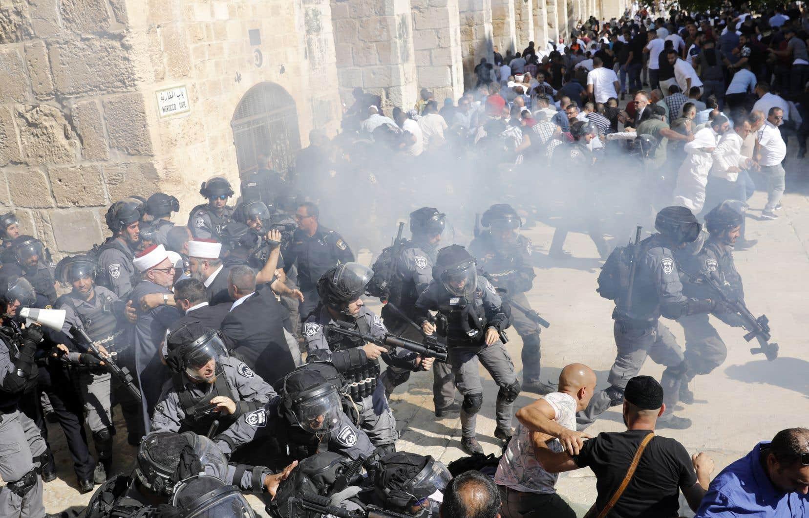 Des accrochages ont éclaté et les forces de l'ordre, qui contrôlent l'accès de l'esplanade, ont utilisé des grenades assourdissantes pour tenter de disperser des manifestants, qui ont tiré des projectiles, selon un journaliste de l'AFP sur place.