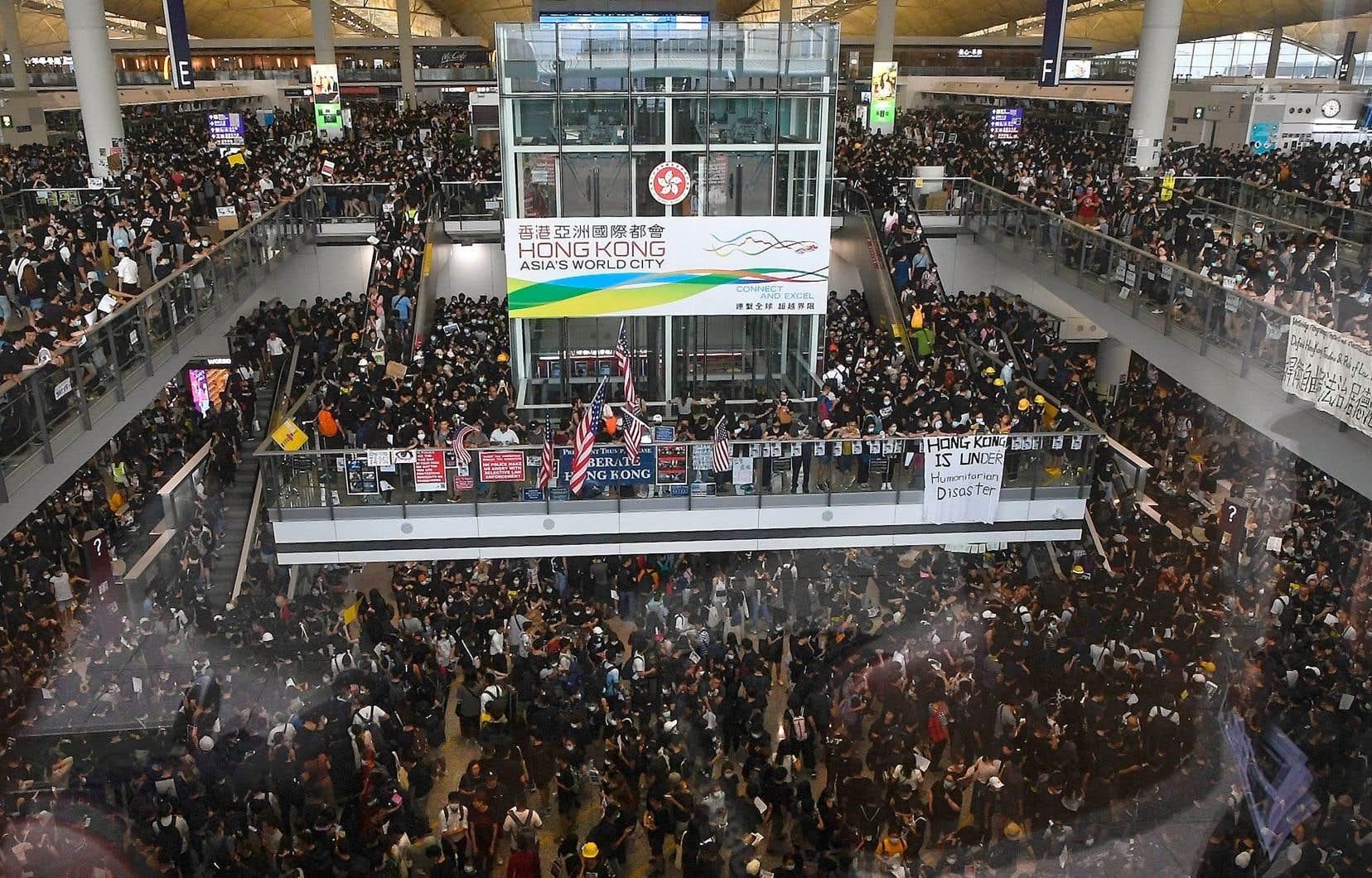 Les t-shirts noirs, signe de reconnaissance des militants pro-démocratie, ont inondé le hall des arrivées, lundi.