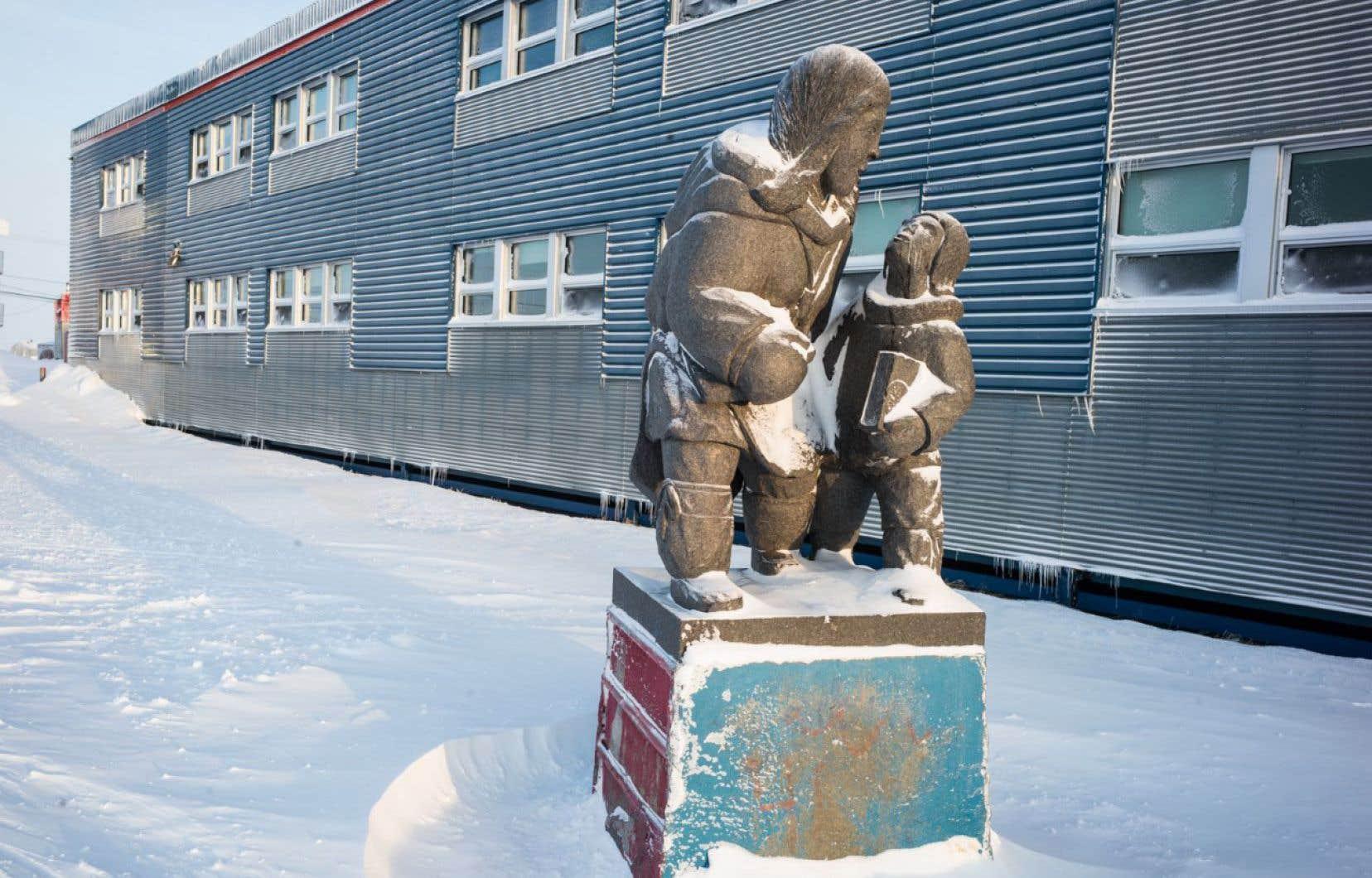 Une sculpture en granit réalisée par «Peter Boy» Ittukallak se dresse devant l'école Iguarsivik, à Puvirnituq.