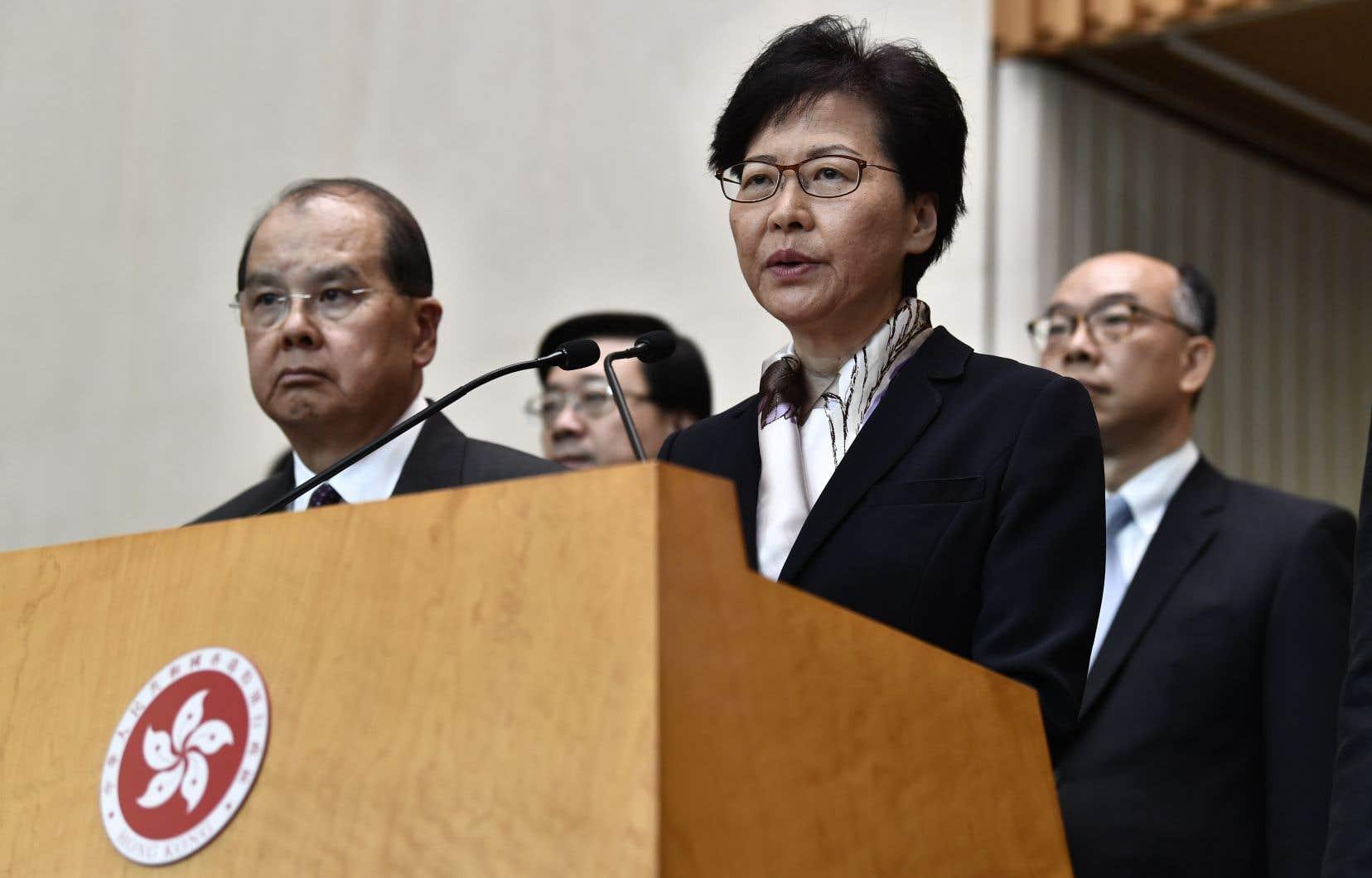 «La violence, que ce soit son utilisation ou son apologie, poussera Hong Kong sur un chemin sans retour et plongera la société hongkongaise vers une situation très inquiétante et dangereuse», a déclaré Carrie Lam lors d'une conférence de presse.