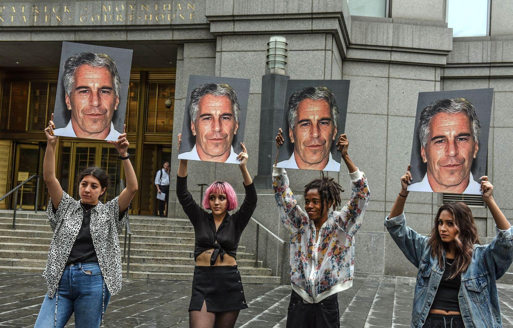 Des manifestantes brandissant la photo de Jeffrey Epstein devant la Cour fédérale de New York, début juillet