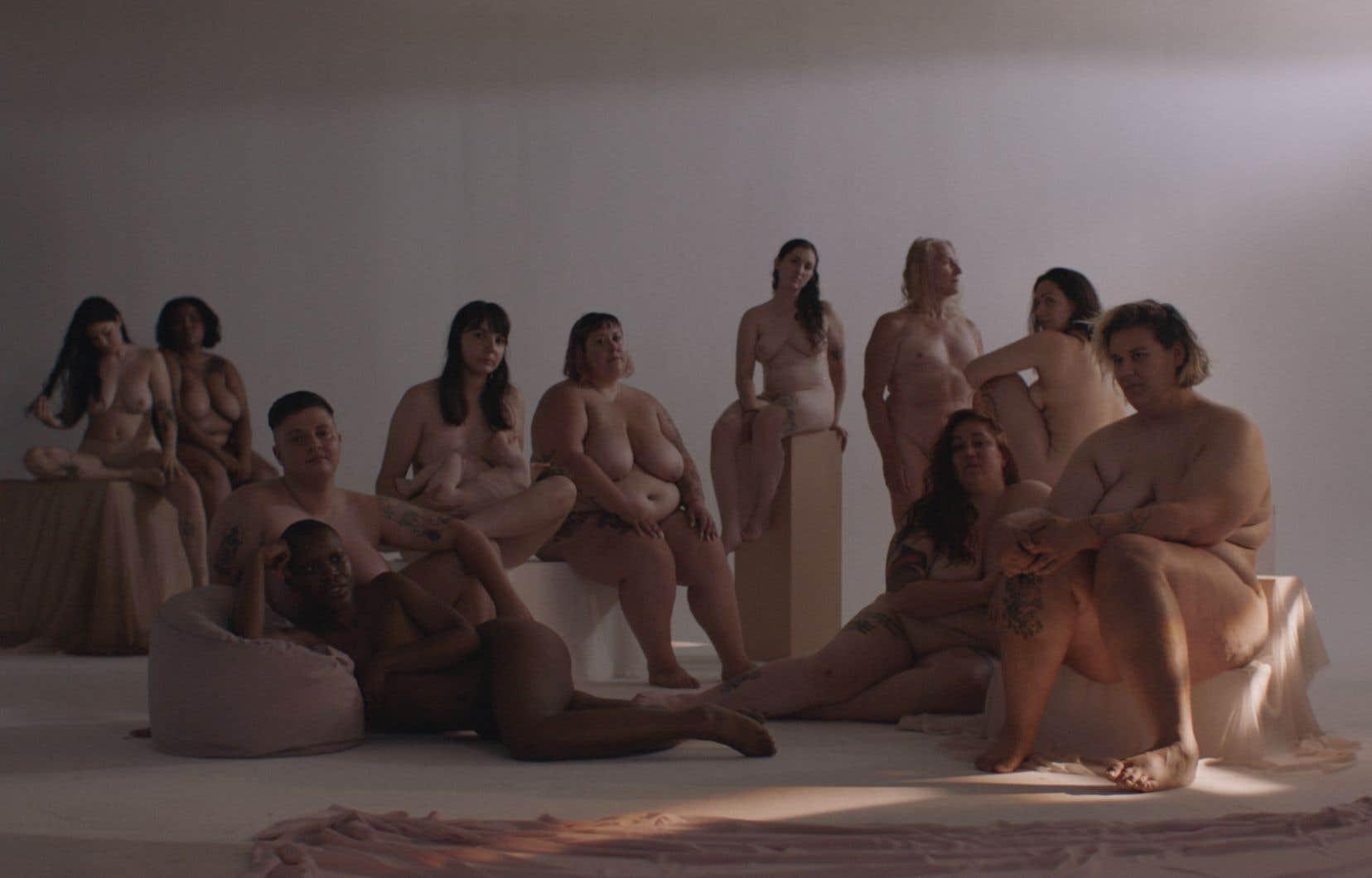 L'idée de déshabiller ces femmes le temps d'une chanson est aussi un moyen de «réappropriation du corps des femmes, longtemps représenté par des hommes», expliquent Cassandra Cacheiro et Sara Hini du Womanhood Project, respectivement photographe et directrice artistique.