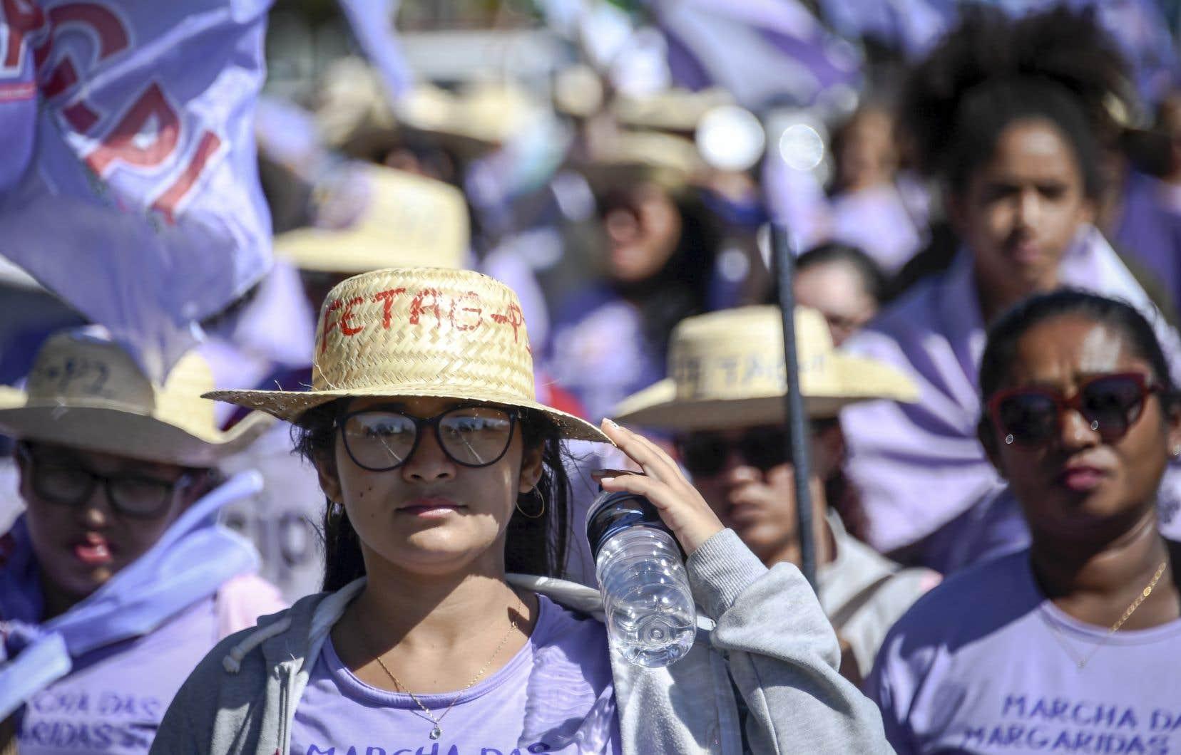 La majorité des manifestantes portaient des fleurs, des chapeaux de paille et des vêtements violets, couleur symbolique de cette marche de protestation.
