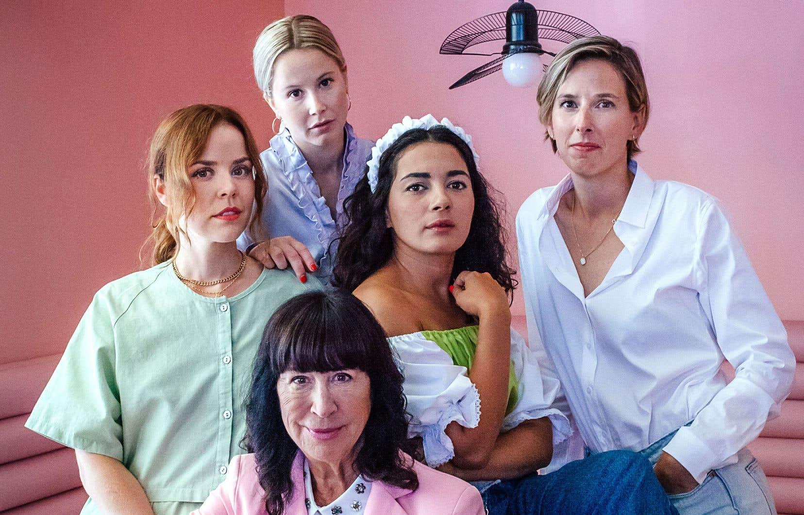 À l'avant-plan, la productrice de Fabuleuses, Nicole Robert, puis, derrière, les comédiennes Noémie O'Farrell, Juliette Gosselin, Mounia Zahzam et la réalisatrice Mélanie Charbonneau