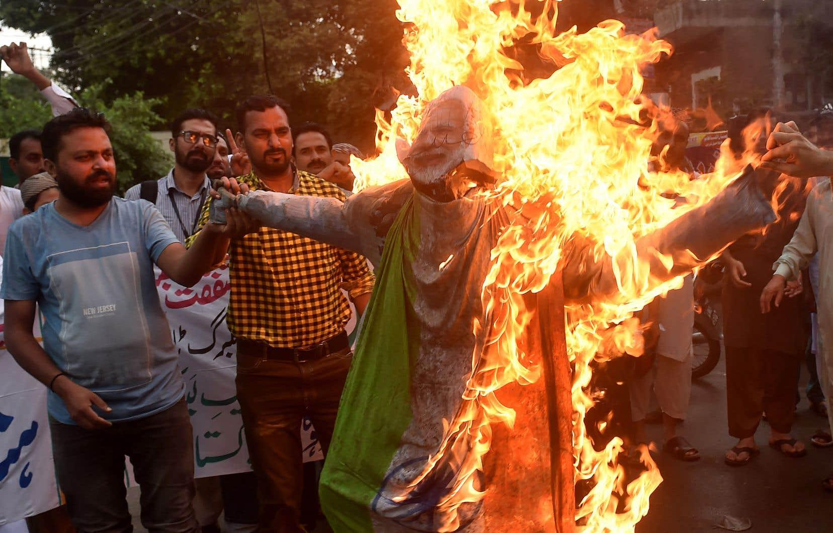 Les manifestants brûlent l'effigie du Premier ministre indien Narendra Modi lors d'une manifestation à Lahore.