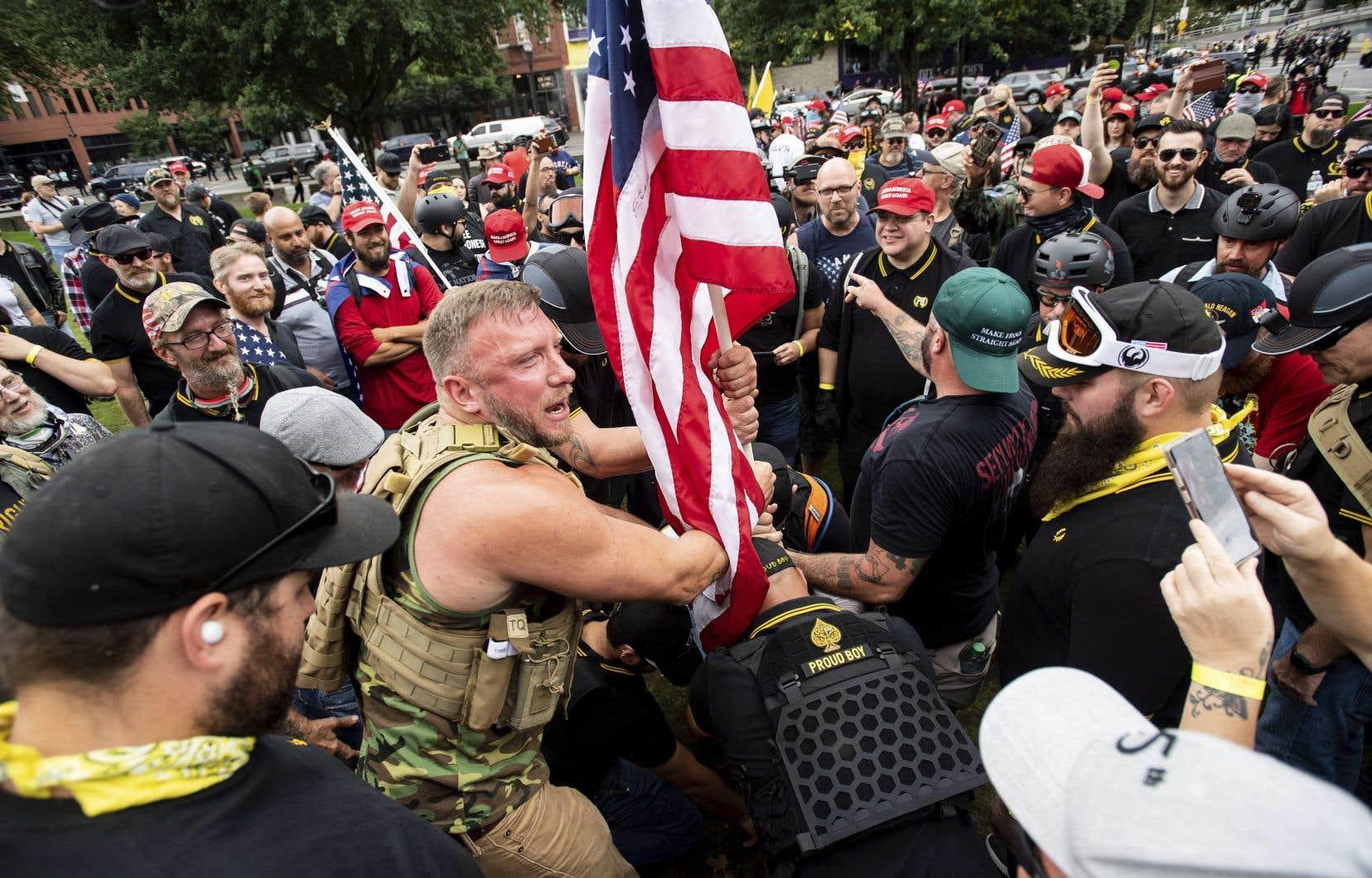<p>Des membres des groupes de miliciens Proud Boys et Three Percenters se sont rassemblés au centre-ville de Portland. Les forces policières ont dit avoir saisi des armes et des boucliers.</p>