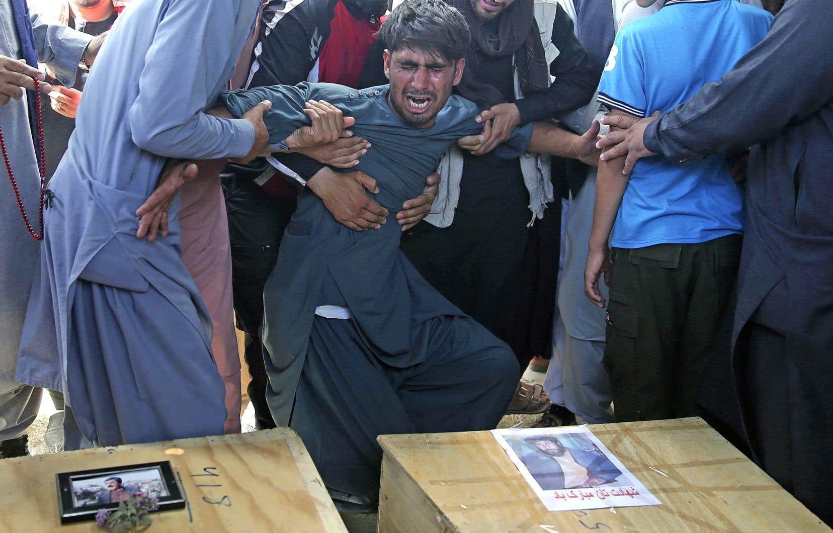 Des enterrements ont été immédiatement organisés dans les cimetières de Kaboul après l'attentat.