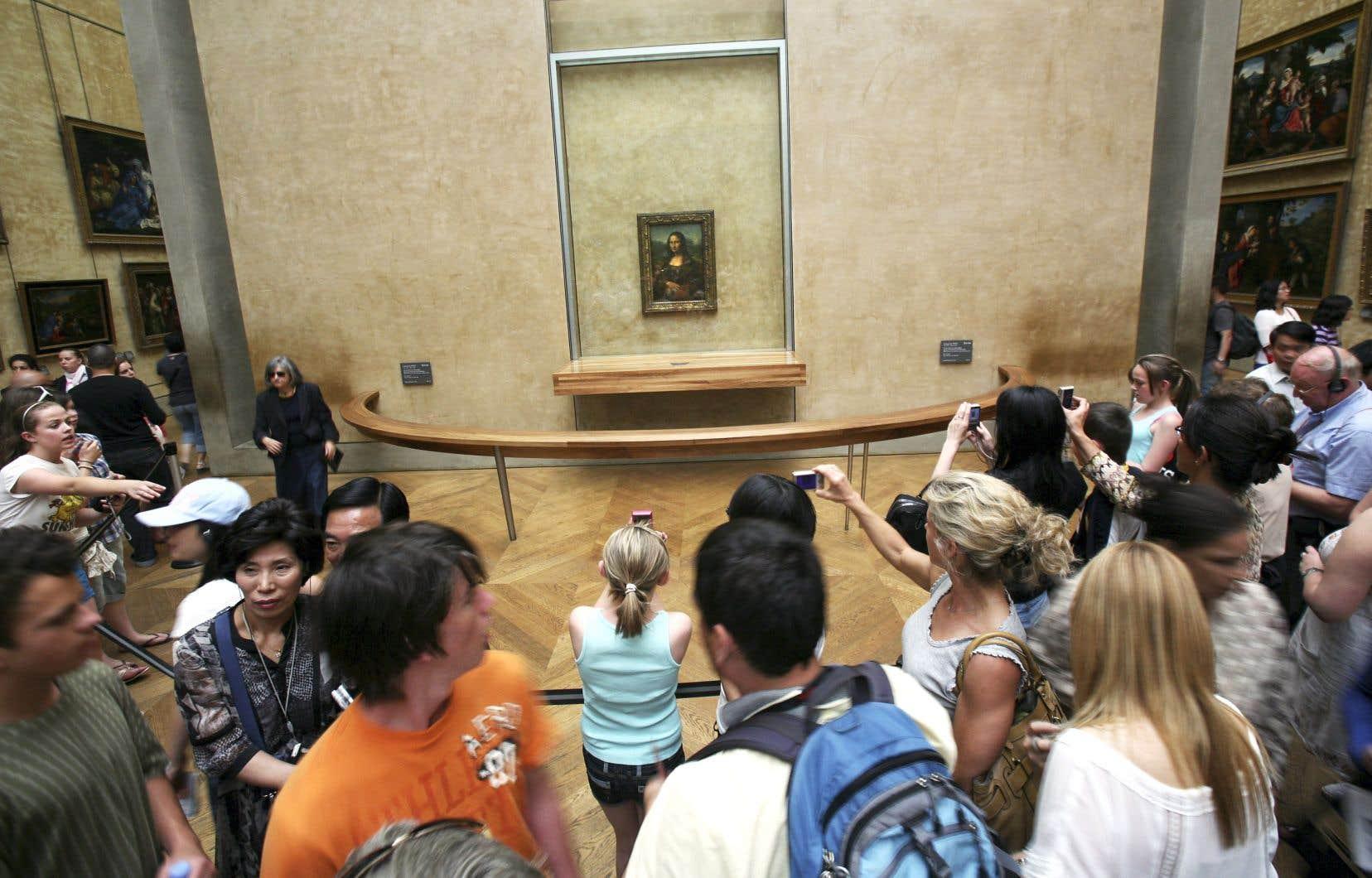 La foule ne réduit pas devant l'attraction principale du musée: «La Joconde».