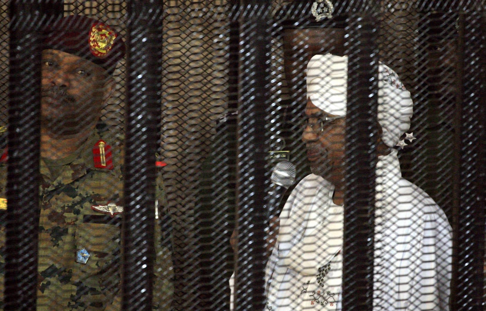 Omar el-Béchir est aussi accusé par la Cour pénale internationale de crimes de guerre, de crimes contre l'humanité et de génocide.