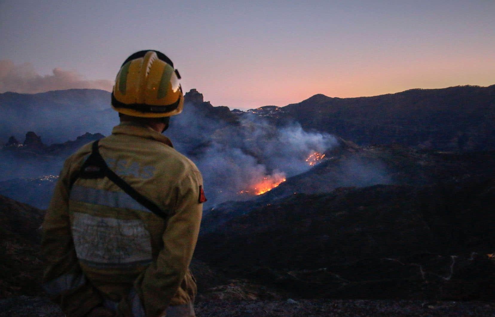 L'incendie sur l'île touristique espagnole de Grande Canarie commençait à faiblir mardi selon les autorités, grâce à des conditions climatiques plus clémentes.