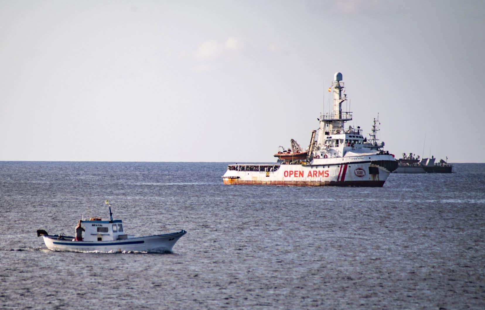 <p>Stationnés depuis jeudi à quelques centaines de mètres des côtes de Lampedusa, les migrants de l'Open Armss'étaient vus refuser l'accès de l'île par les autorités italiennes, bien que six pays européensse soient engagés à les accueillir.</p>