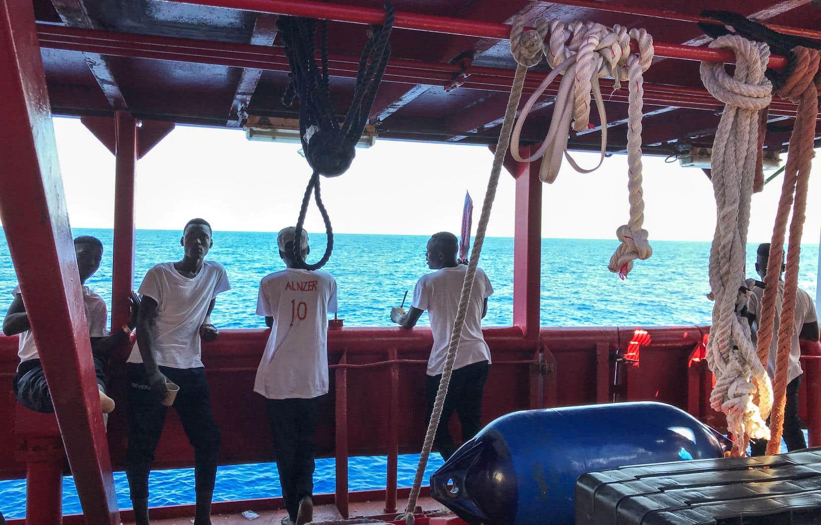 Les premiers secourus en sont à leur douzième journée à bord du bateau rouge.