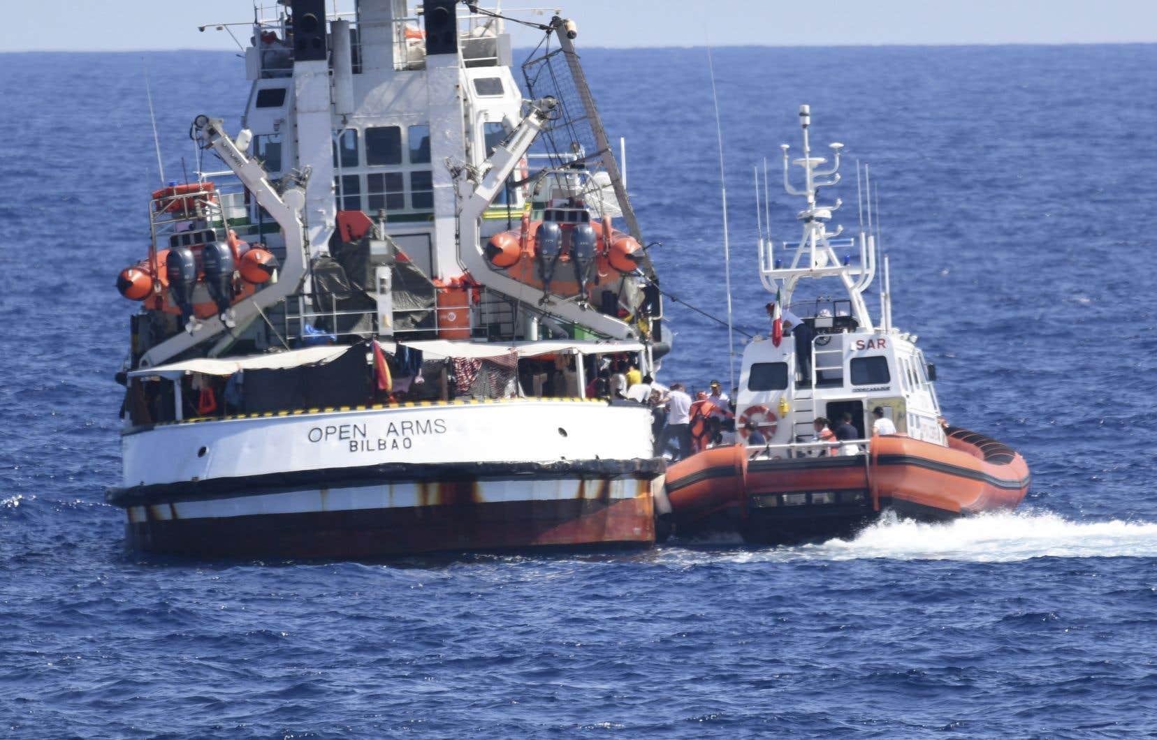 Un bateau des garde-côtes italiens aborde le «Open Arms», au large de l'île sicilienne de Lampedusa, le 20 août 2019.
