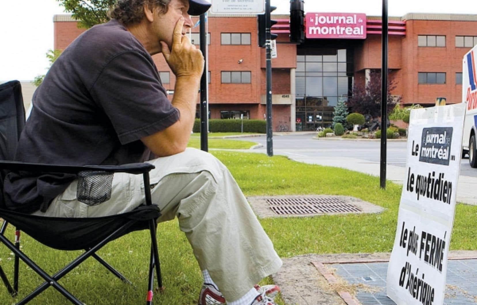 Jacques Bourdon est photographe au Journal de Montréal depuis 42 ans et, depuis près de deux ans, il attend sur le trottoir que son employeur mette fin au lock-out.<br />