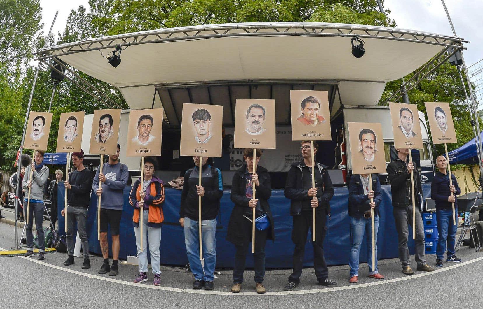 Des manifestants brandissent des photos de victimes de groupes néo-nazis, en 2018, après une série de meurtres racistes.