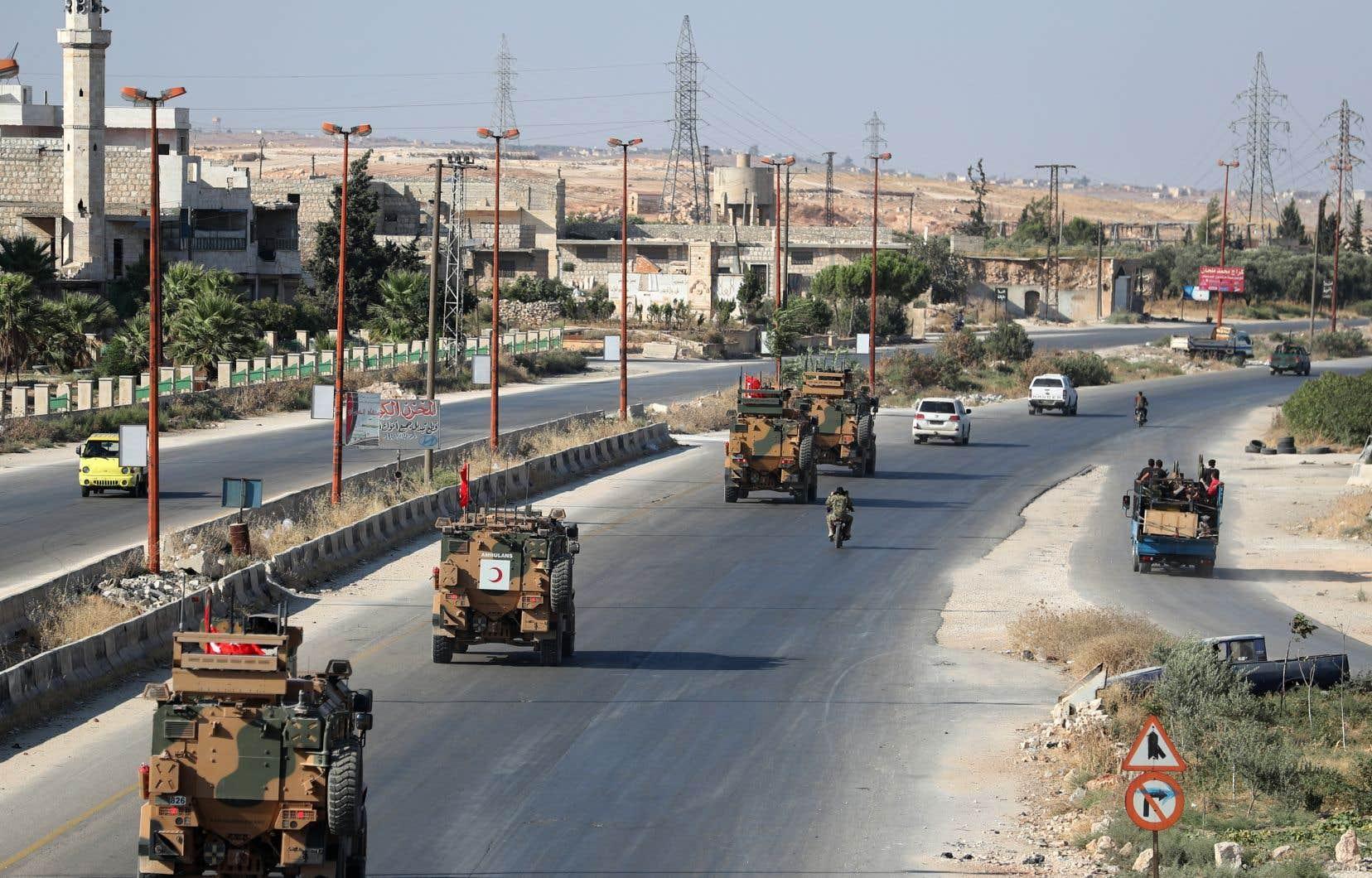 Des véhicules militaires turcs à Maaret al-Noomane, où seuls de rares habitants sont restés «pour protéger leurs maisons».