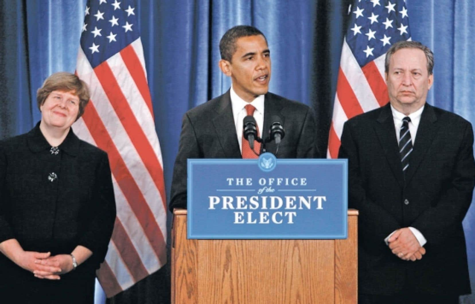 24 novembre 2008. Barack Obama présente son équipe économique à l'occasion d'une conférence de presse à Chicago. Christina Romer (à gauche), chef du Conseil des consultants économiques, a quitté son poste l'été dernier. Lawrence Summers (à droite), premier conseiller économique du président, vient d'annoncer son départ prochain, de même que Herbert Allison. Avant eux, Peter Orszag, directeur du budget, avait démissionné.<br />