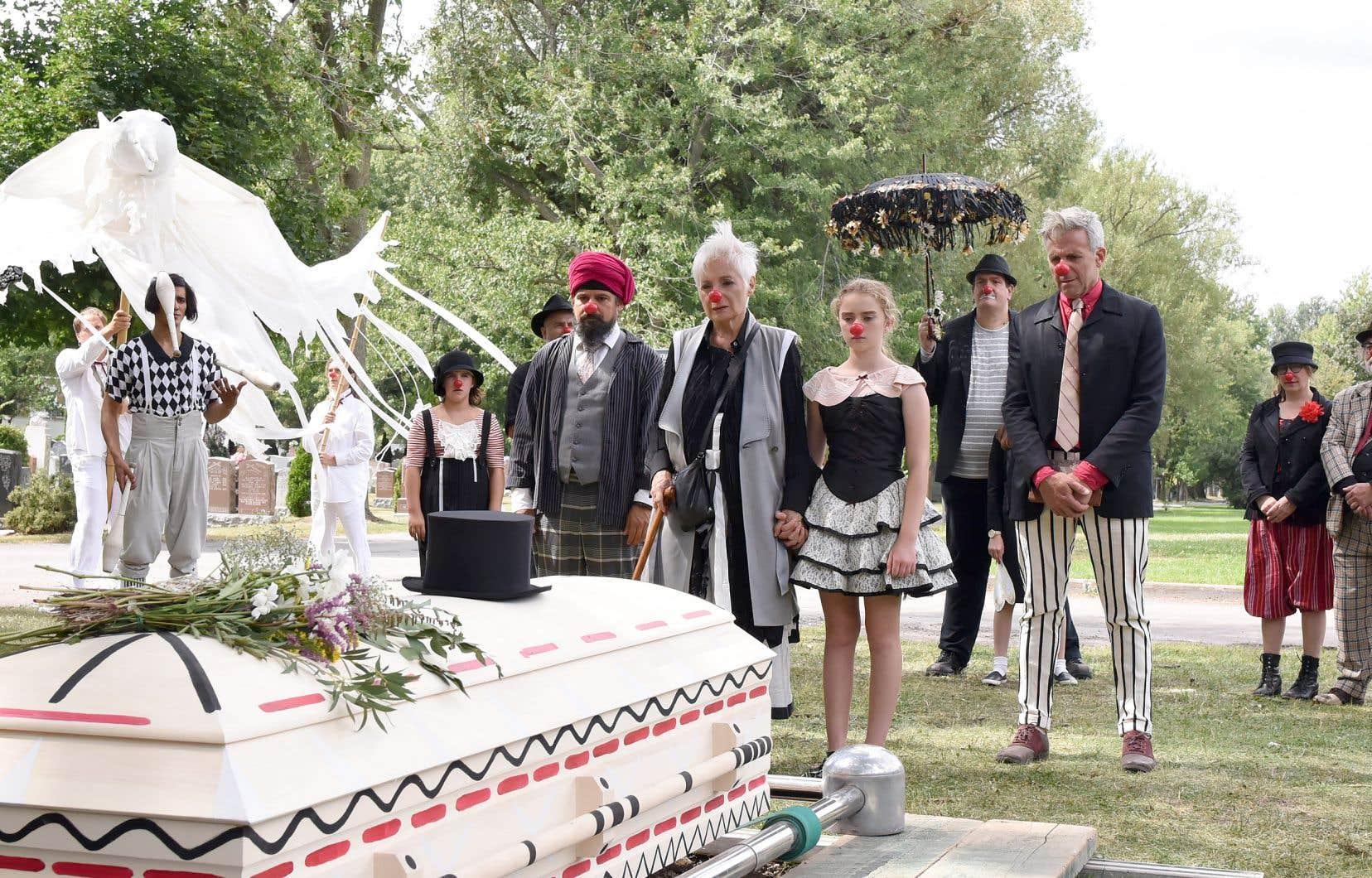 La scène tournée jeudi au cimetière de l'ETA, mettant notamment en vedette Louise Latraverse, Jasmine Lemée et Patrick Huard, s'inspirait des funérailles de l'acteur et clown Reynald Bouchard.
