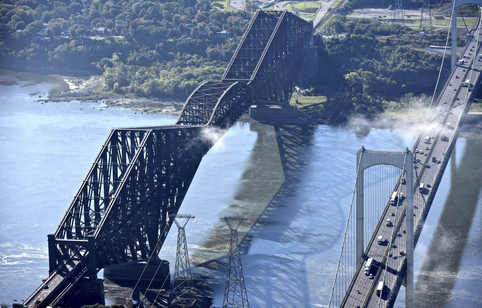 Le pont de Québec (à gauche) se dégrade depuis des années, en particulier sa peinture. Or, son propriétaire, le CN, et le gouvernement fédéral ne s'entendent pas sur celui qui doit payer la facture.