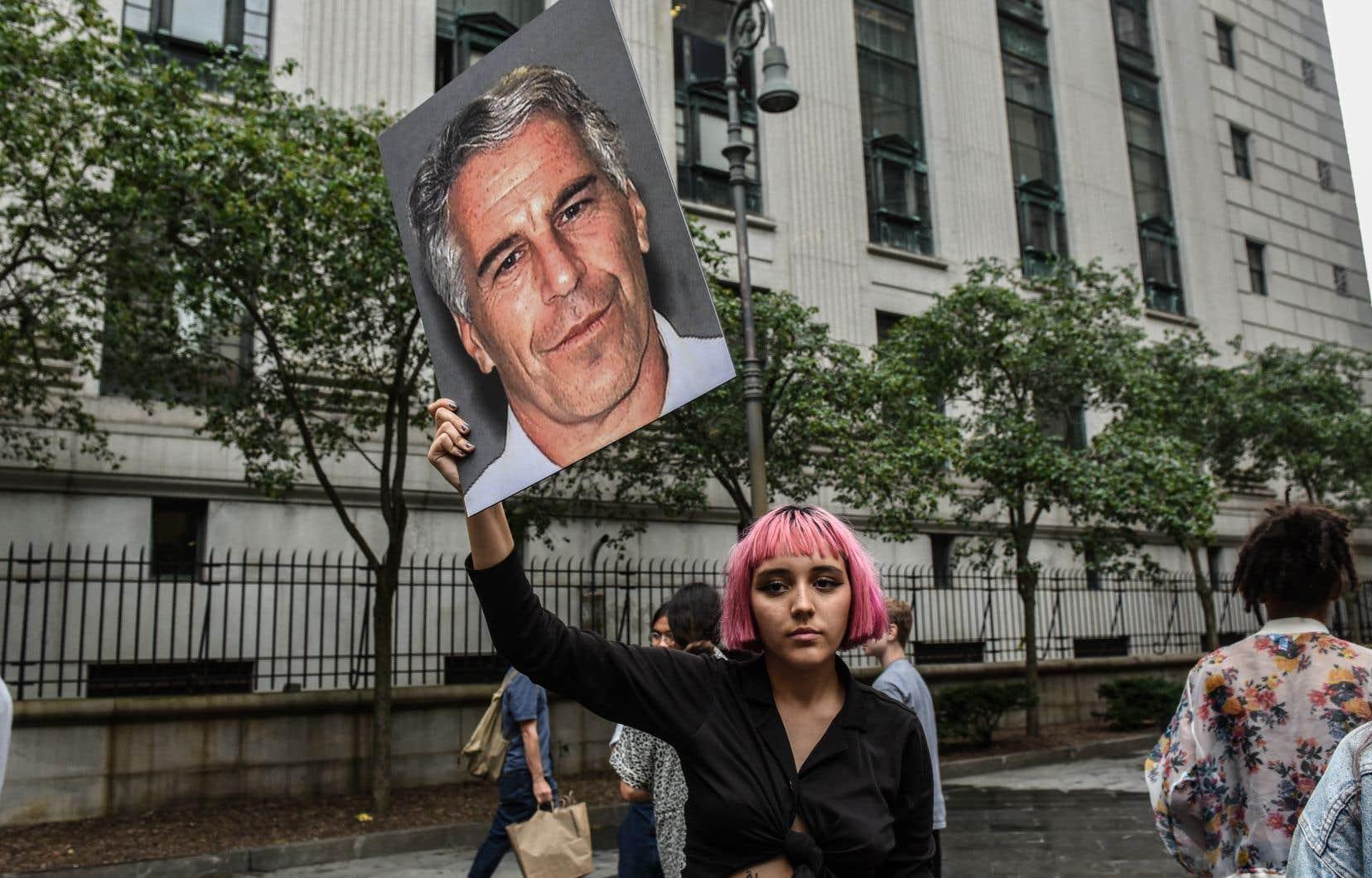 Une manifestante brandissant la photo de Jeffrey Epstein devant la Cour fédérale de New York, début juillet