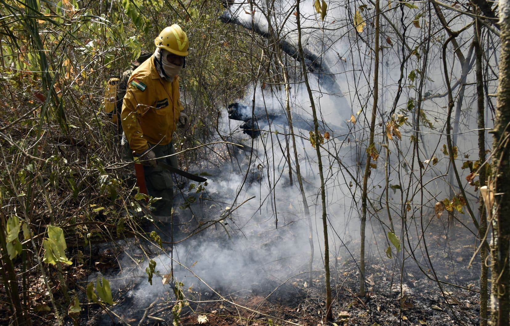 Un pompier volontaire s'attaque au feu faisant rage près de Robore, en Bolivie.