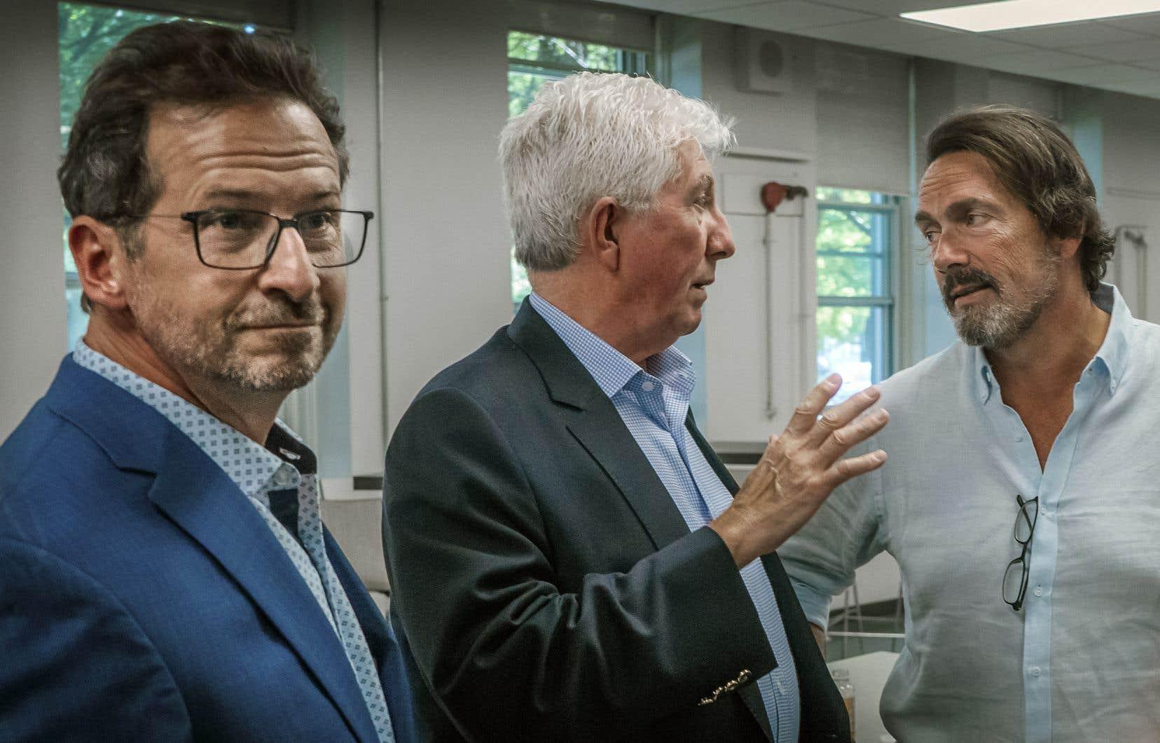 Les anciens chefs du Bloc québécois et du Parti québécois, Gilles Duceppe (au centre) et Pierre Karl Péladeau (à droite), étaient présents dimanche lors d'un rassemblement du parti fédéral souverainiste maintenant dirigé par Yves-François Blanchet (à gauche).