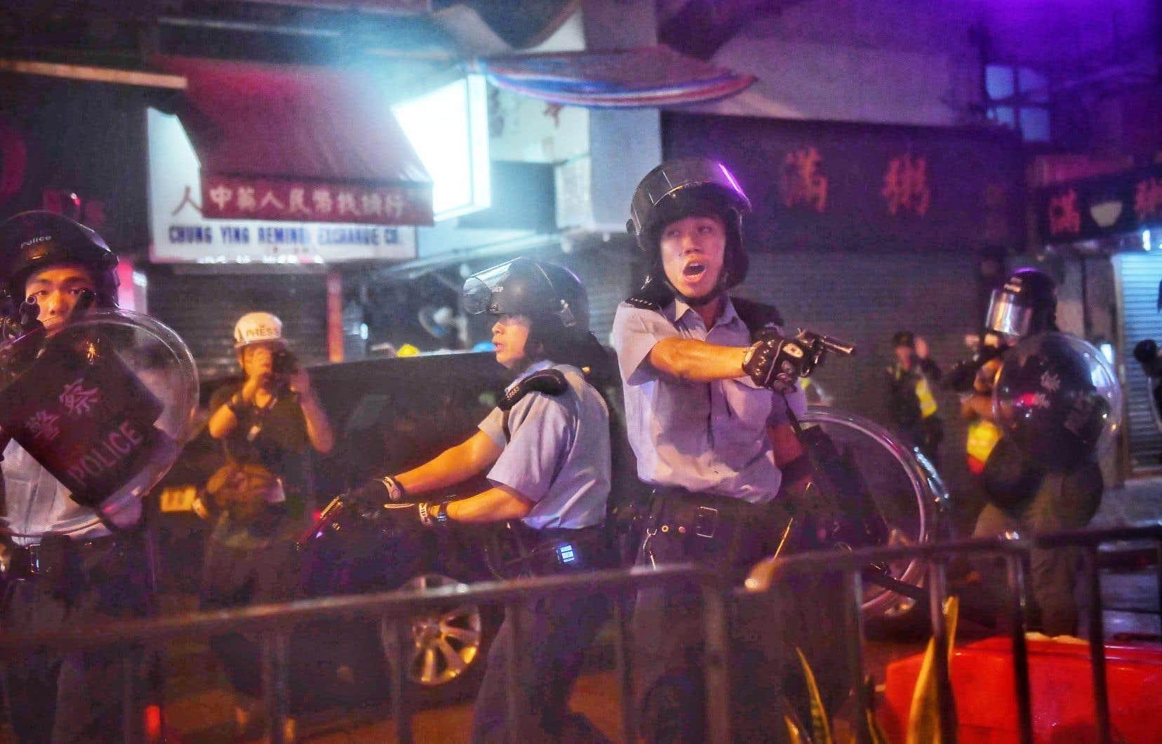 Un officier aurait effectué un tir de sommation en l'air, une première depuis le début de la crise.