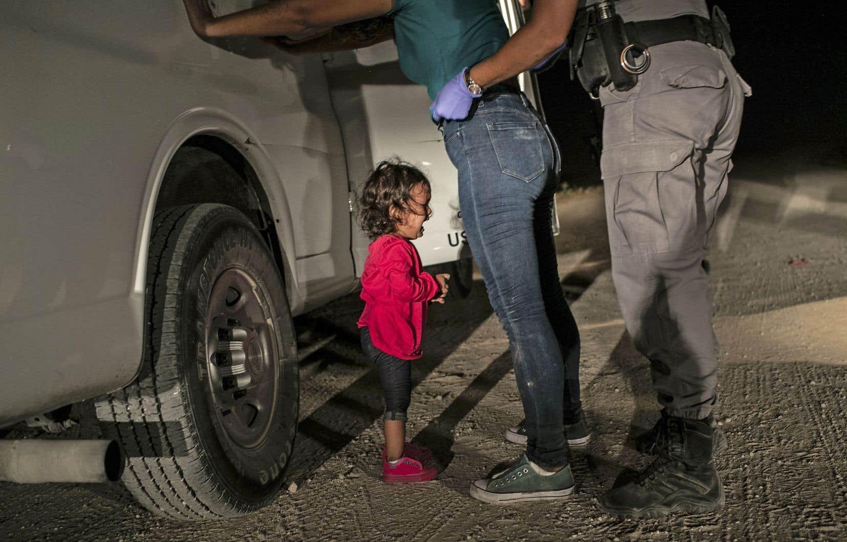 Dans la photo de l'année, Yanela Sanchez, fillette hondurienne, pleure lorsqu'elle et sa mère, Sandra Sanchez, sont placées en détention par des agents de patrouille frontalière américains à McAllen, Texas, aux États-Unis, le 12juin.