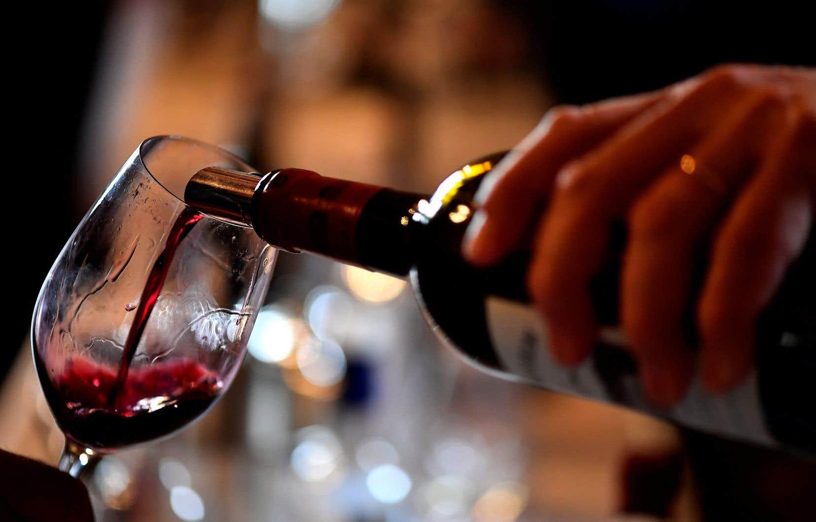 Les auteurs de l'étude estiment que cette association est due aux polyphénols contenus dans le vin rouge et qui servent notamment de carburant aux bactéries de notre organisme.