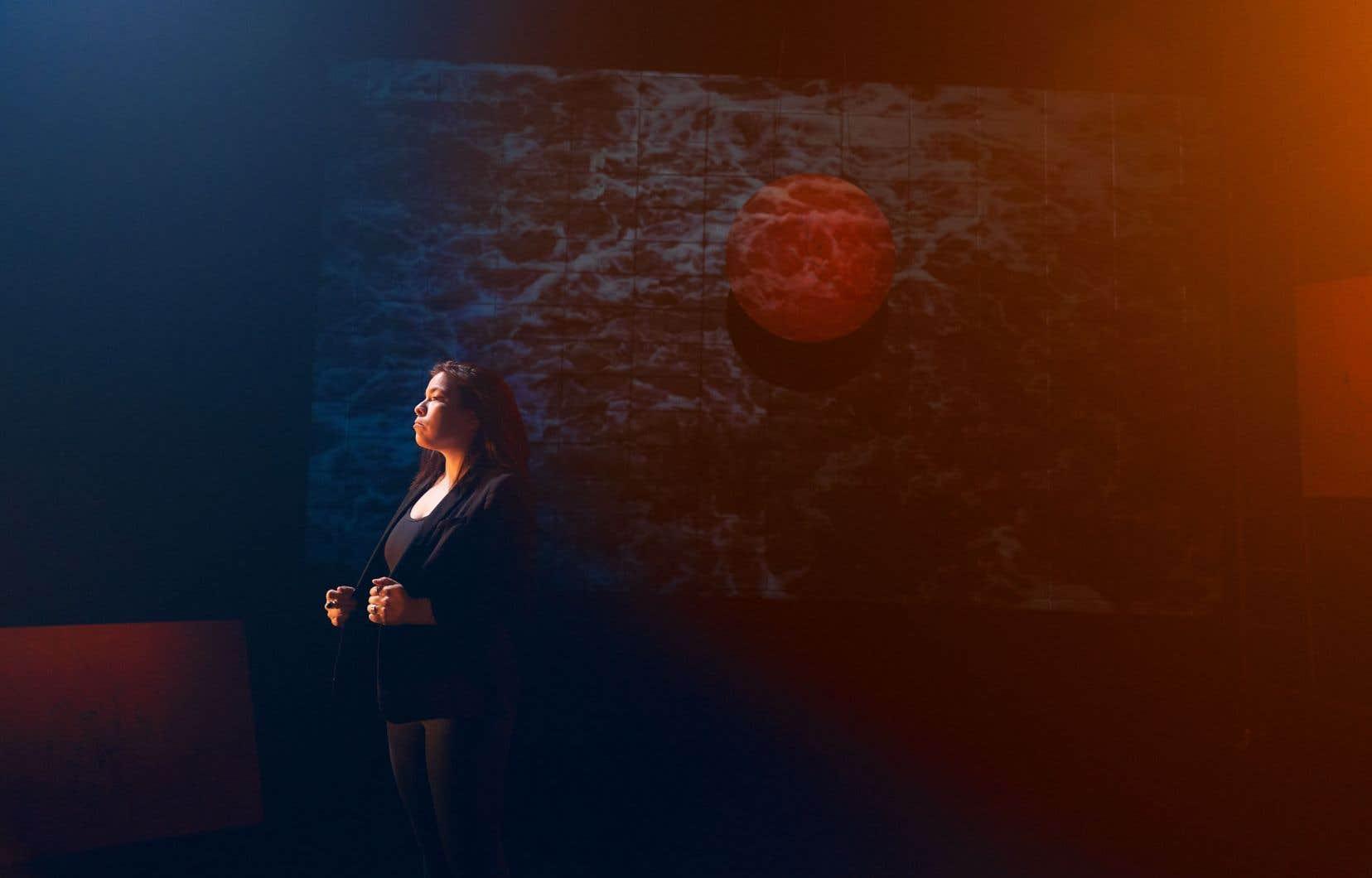 Natasha Kanapé Fontaine présente son spectacle solo «Tshishikushkueu» à La Chapelle, à Montréal.