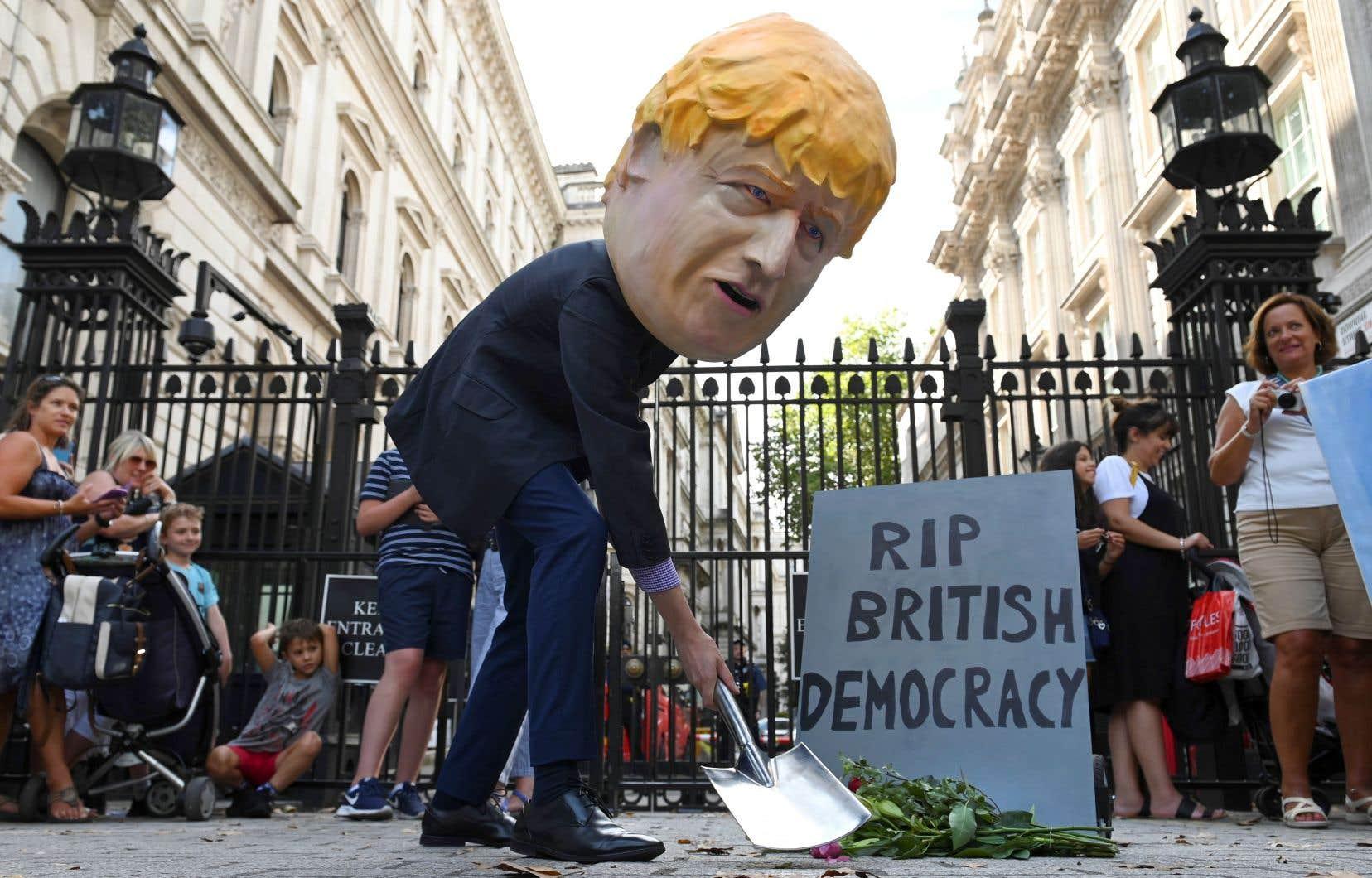 Le premier ministre britannique, Boris Johnson, est critiqué de toutes parts pour sa décision de suspendre les travaux du Parlement pendant cinq semaines, alors que le Royaume-Uni est en pleine impasse sur le Brexit.